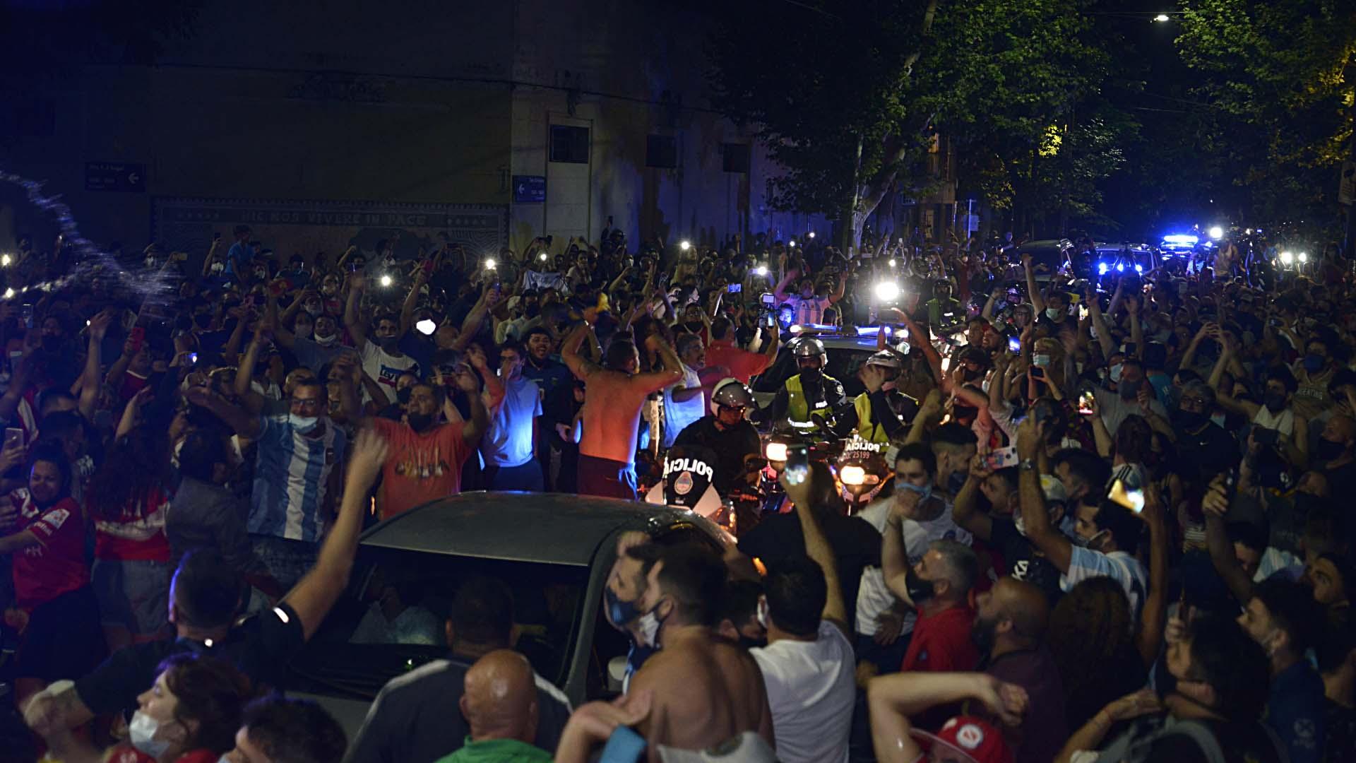 Pese a la pandemia de coronavirus, el fallecimiento de Maradona generó que miles de personas se aglutinen sin distanciamiento social