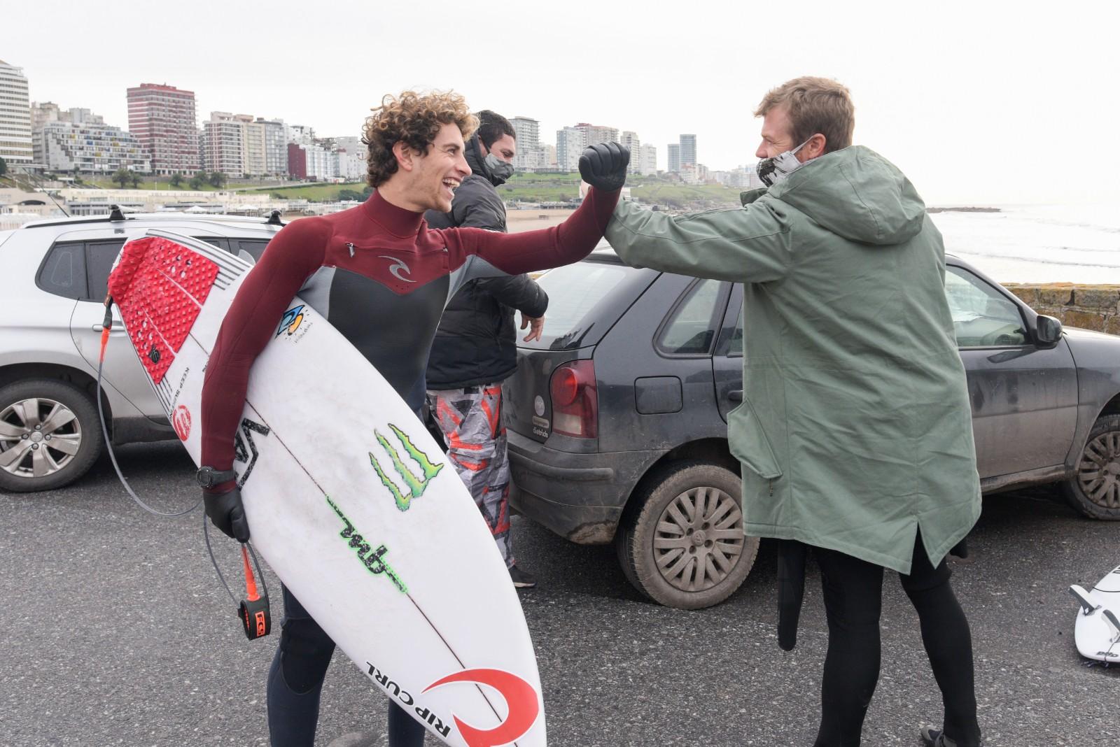 La alegría de los surfers y el saludo con el codo: la nuevas costumbres que van quedando de la pandemia.