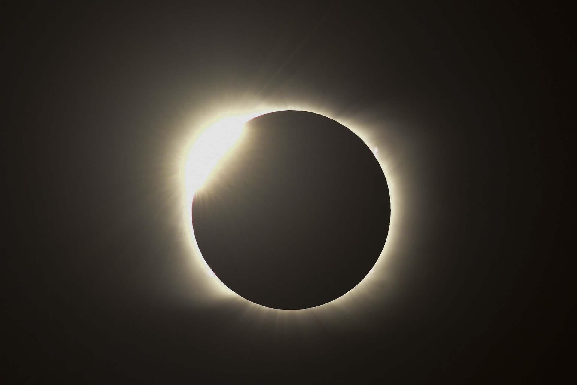 Tal como ocurrió el 2 de julio de 2019, Chile y Argentina fueron protagonistas excluyentes del eclipse solar total que tuvo lugar el 14 de diciembre a partir de las 13 horas. El efecto de anillo hizo que el día se hiciera de noche. La foto es desde Piedra del Águila, en la provincia de Neuquén