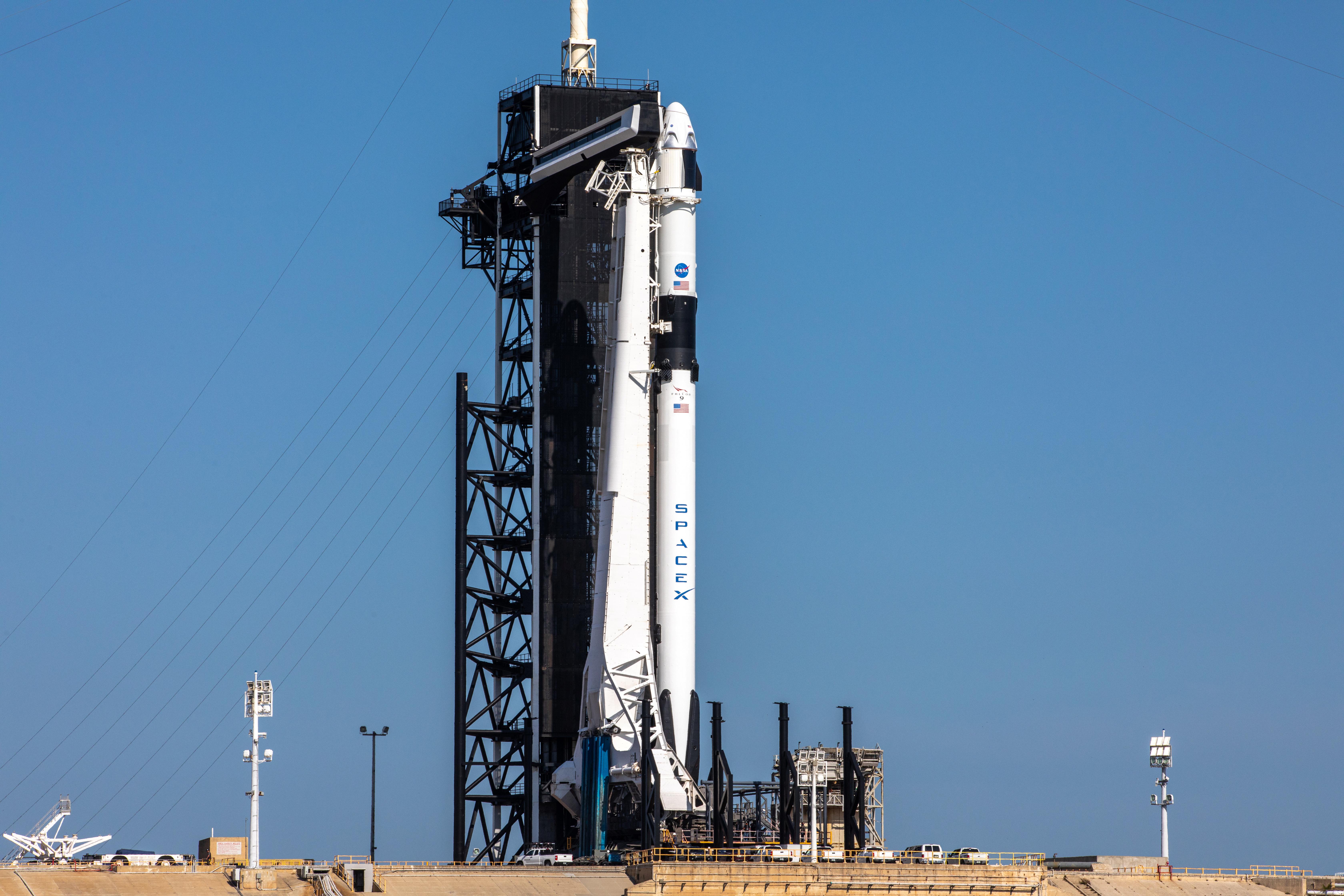 El cohete SpaceX Falcon 9, con el Dragón de la tripulación en la parte superior, está listo para su lanzamiento desde el Complejo de Lanzamiento 39A (NASA/KENNEDY SPACE CENTER/Kim Shiflett /Reparto a través de REUTERS)