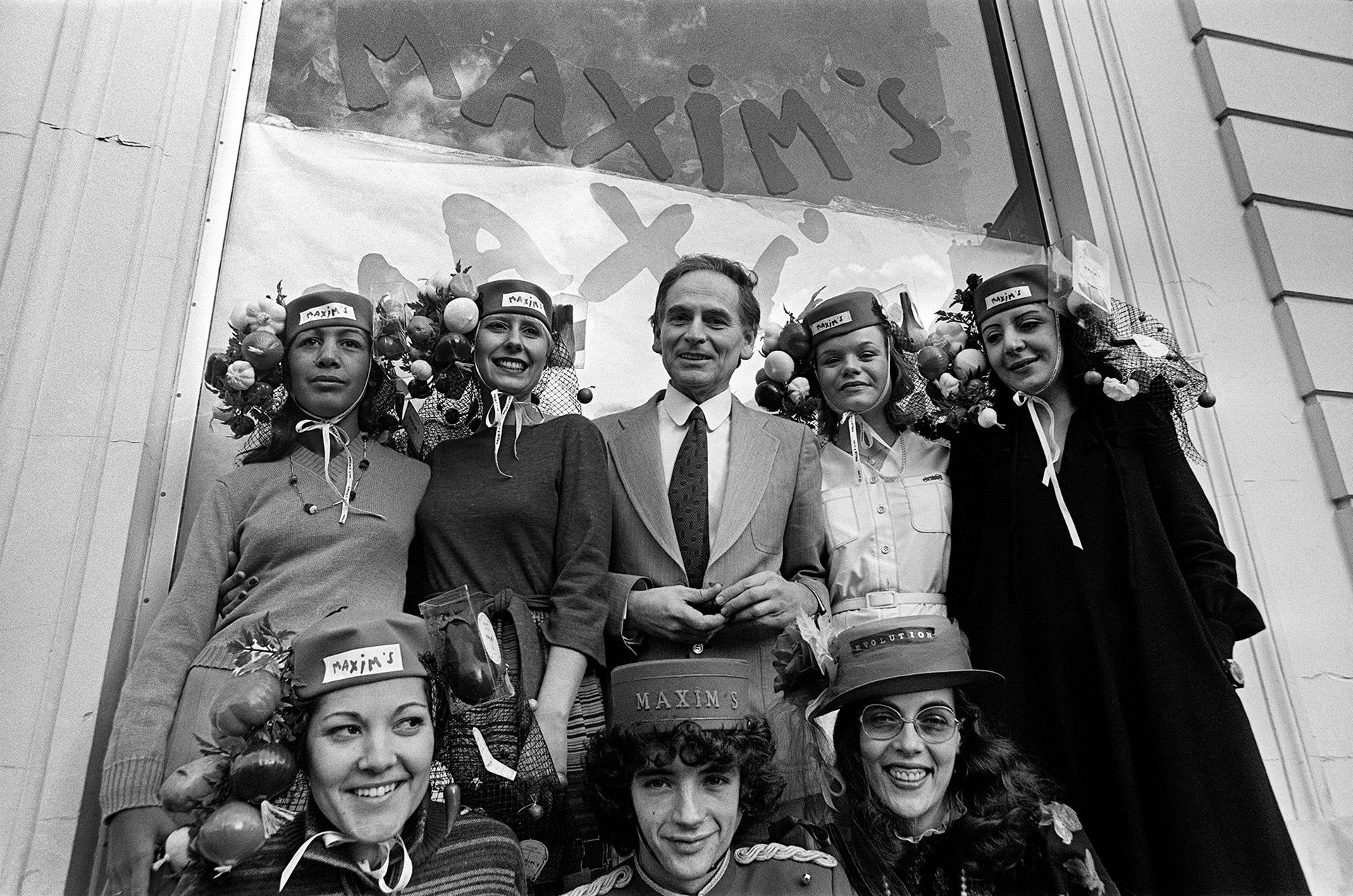 Más allá de la moda, el diseñador compró los restaurantes Maxim's de París y todos sus empleados lucieron trajes creados por el talentoso modisto. Una foto de 1977