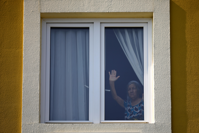 Una paciente aislada en un hotel, utilizada como centro de cuarentena, reacciona mientras escucha a un grupo de mariachis como parte de la celebración del Día de la Madre mientras el gobierno toma medidas cada vez más estrictas para prevenir la propagación de la enfermedad por coronavirus (COVID-19), en Antiguo Cuscatlán, San Salvador, El Salvador 10 de mayo de 2020. (Foto: REUTERS/Jose Cabezas)
