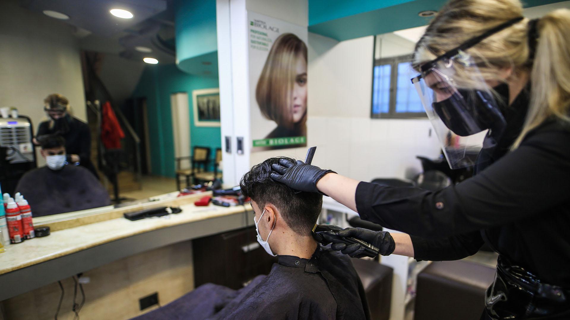 El 9 de mayo, con un estricto protocolo, abrieron los comercios de Mar del Plata. Uno de los rubros permitidos fue la peluquería. El protocolo para ellas indica que los clientes