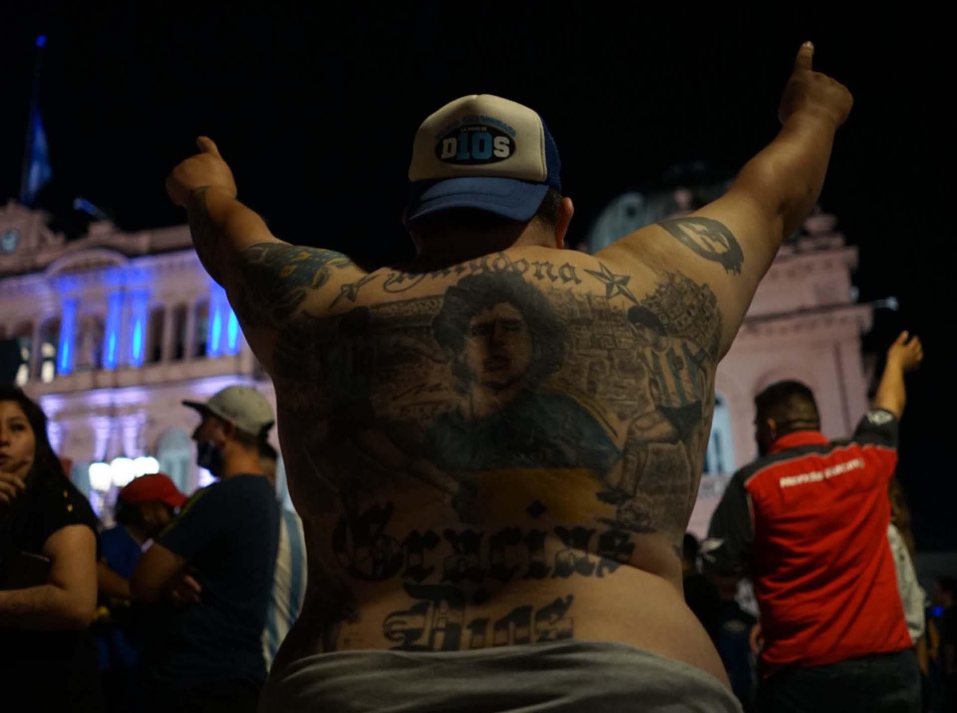 Desde ayer a la noche, miles de personas se acercaron a la zona de Plaza de Mayo para despedir a Diego Maradona