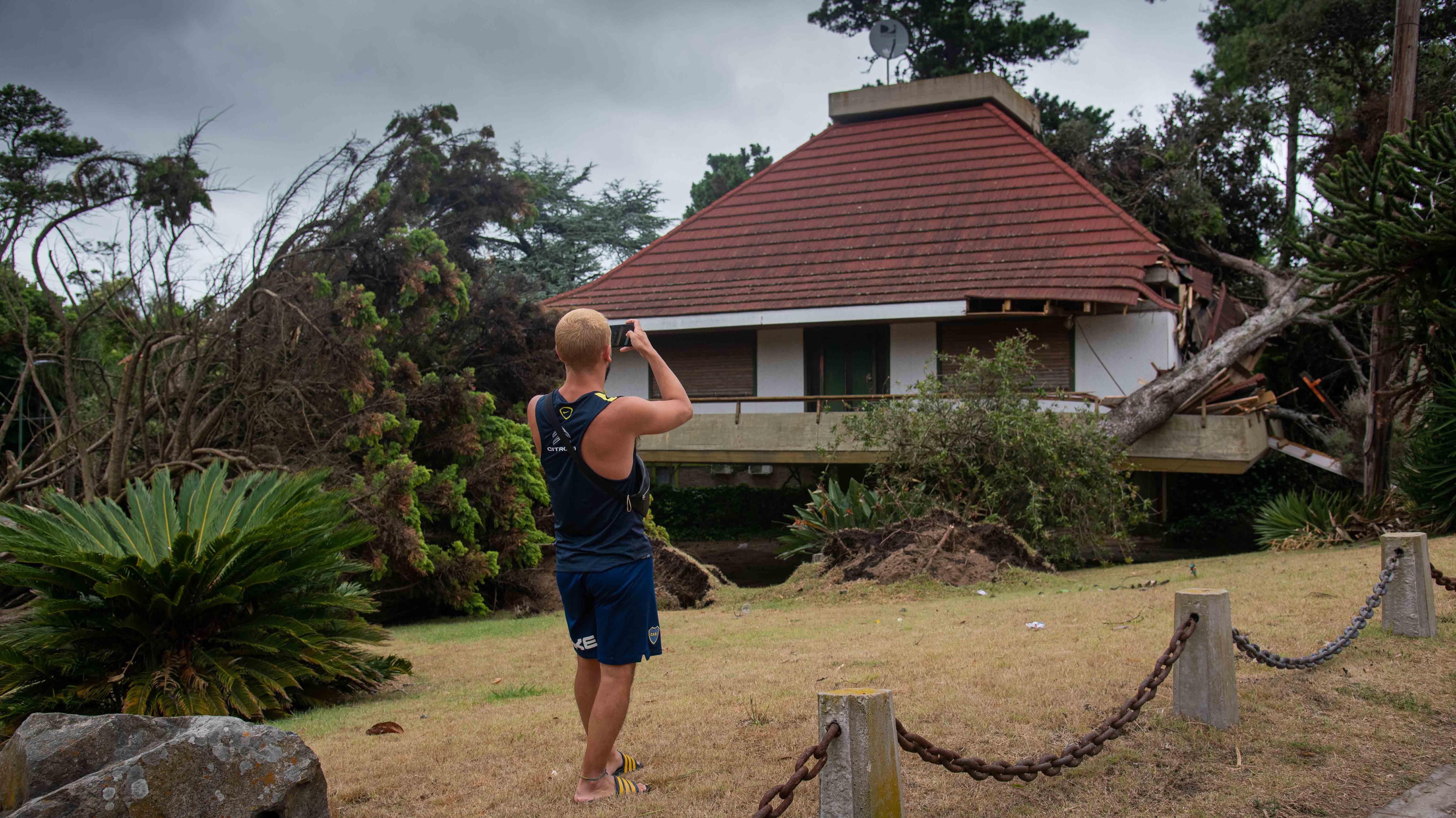 Un tornado pasó por encima de la ciudad de Pinamar durante la tarde del miércoles 6 de enero y provocó destrozos en casas, tendido eléctrico, una sede policial. Además, como consecuencia de la caída de ramas, hubo tres heridos, dos están internados (Fotos: Diego Medina)