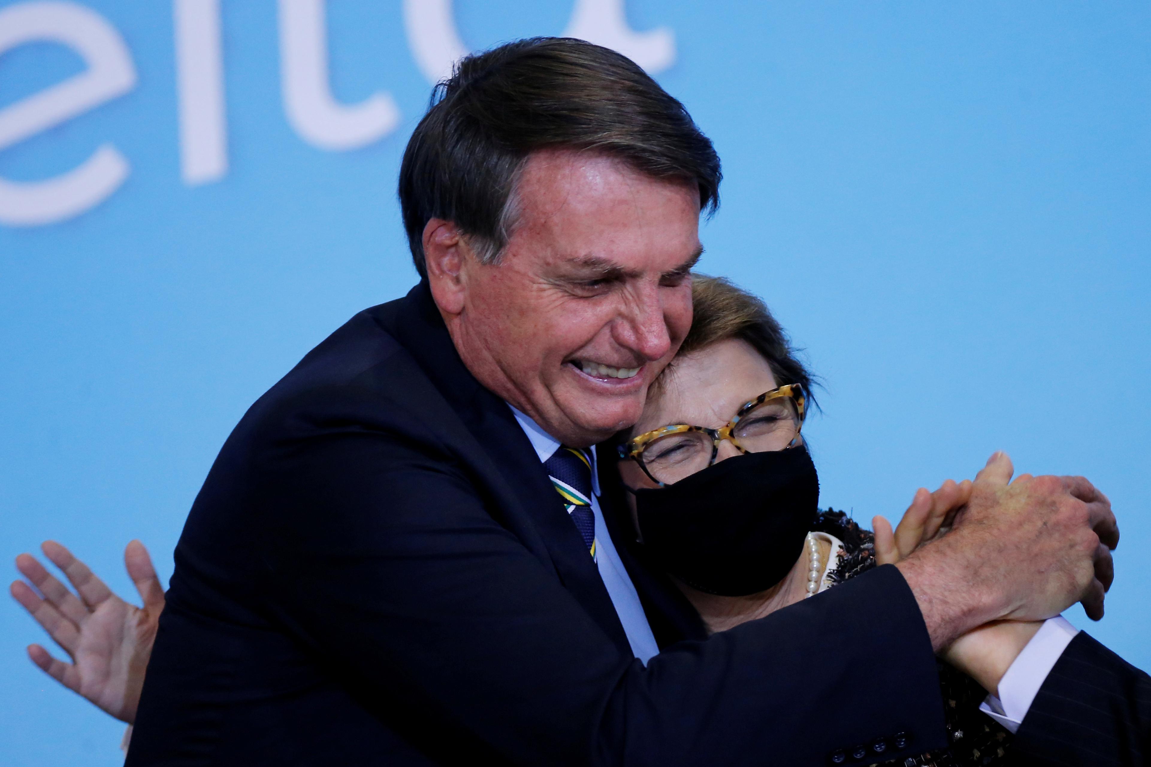 Bolsonaro abrazando a la ministra de Agricultura Tereza Cristina, el 17 de junio pasado REUTERS/Adriano Machado