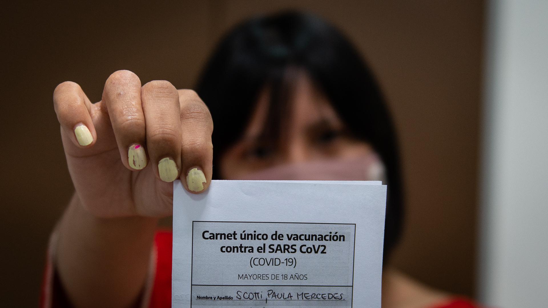 Luego de recibir la dosis se entrega un certificado que acredita la inmunización
