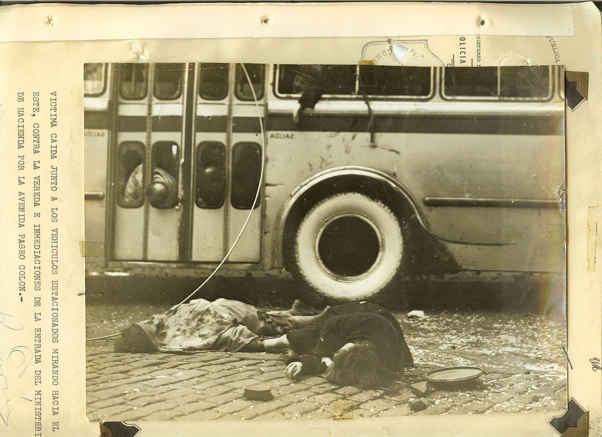Dos mujeres muertas. Dentro del trolleybus más víctimas del intento del Golpe del que se cumplen 65 años. El saldo de la cruenta jornada fue de al menos 364 muertos y más de mil heridos.