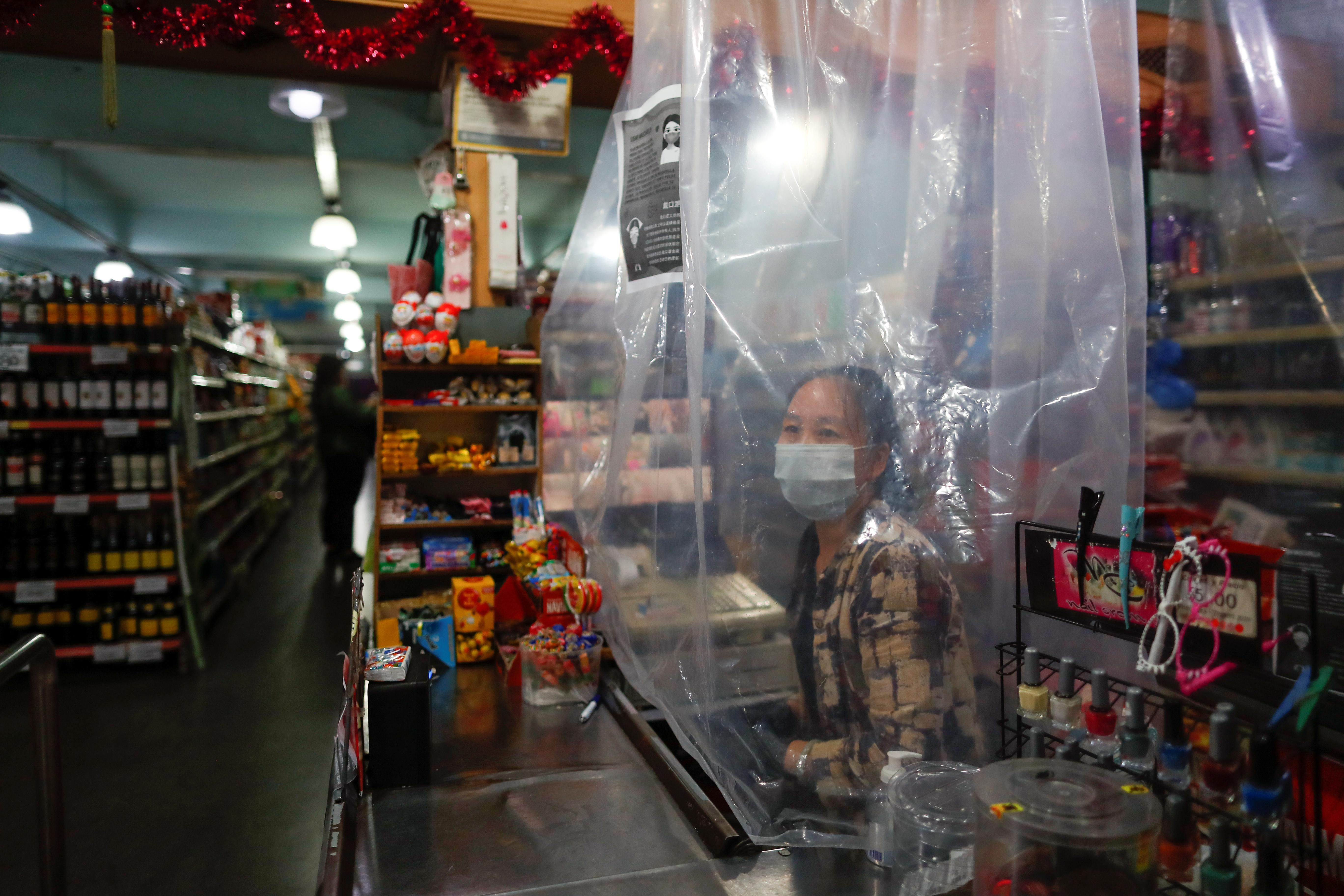 Una cajera de un super chino, detrás de una mampara.. REUTERS/Agustin Marcarian