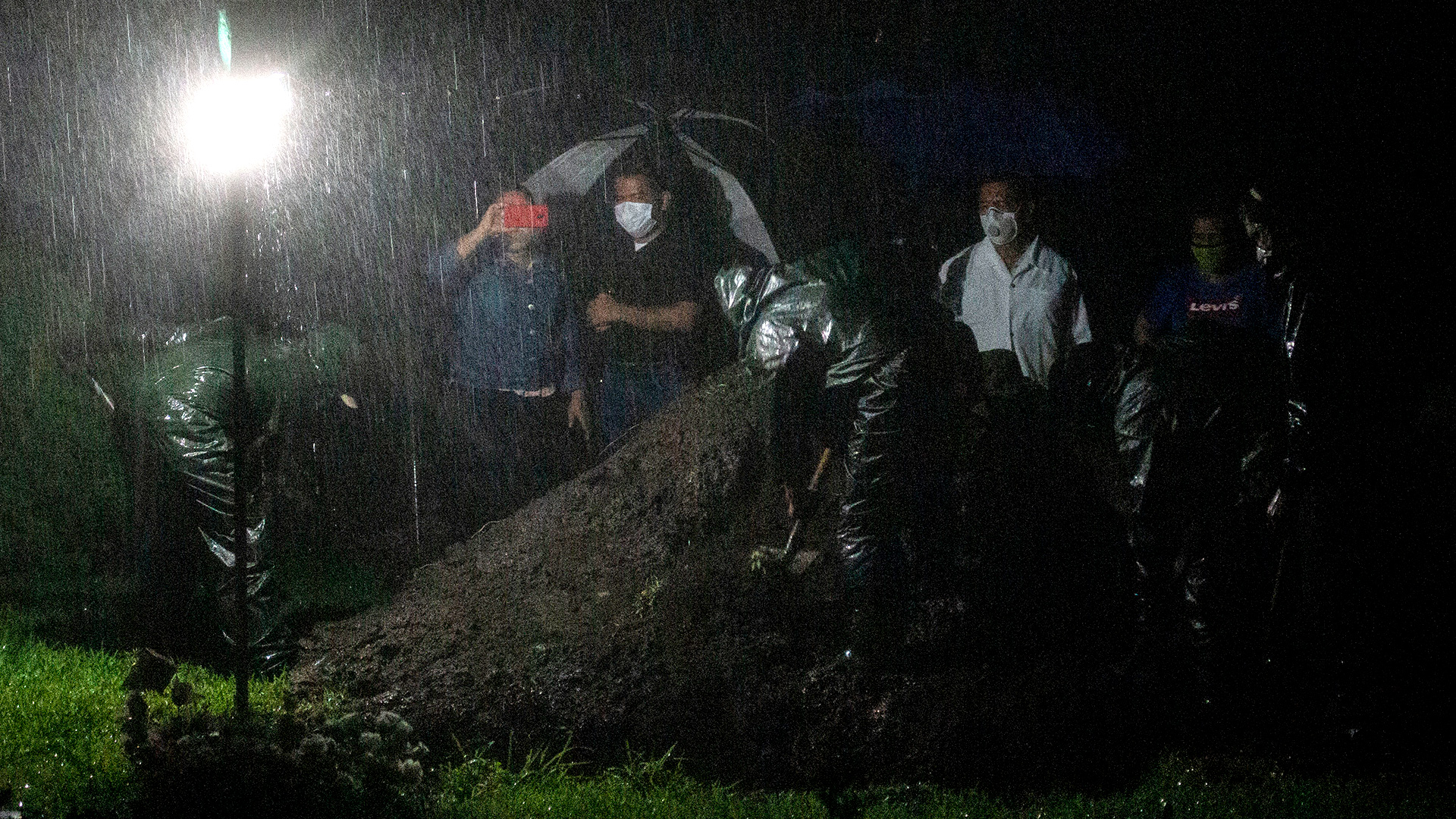 Organismos independientes señalaron que en las últimas semanas aumentaron los entierros exprés (Photo by Inti OCON / AFP)