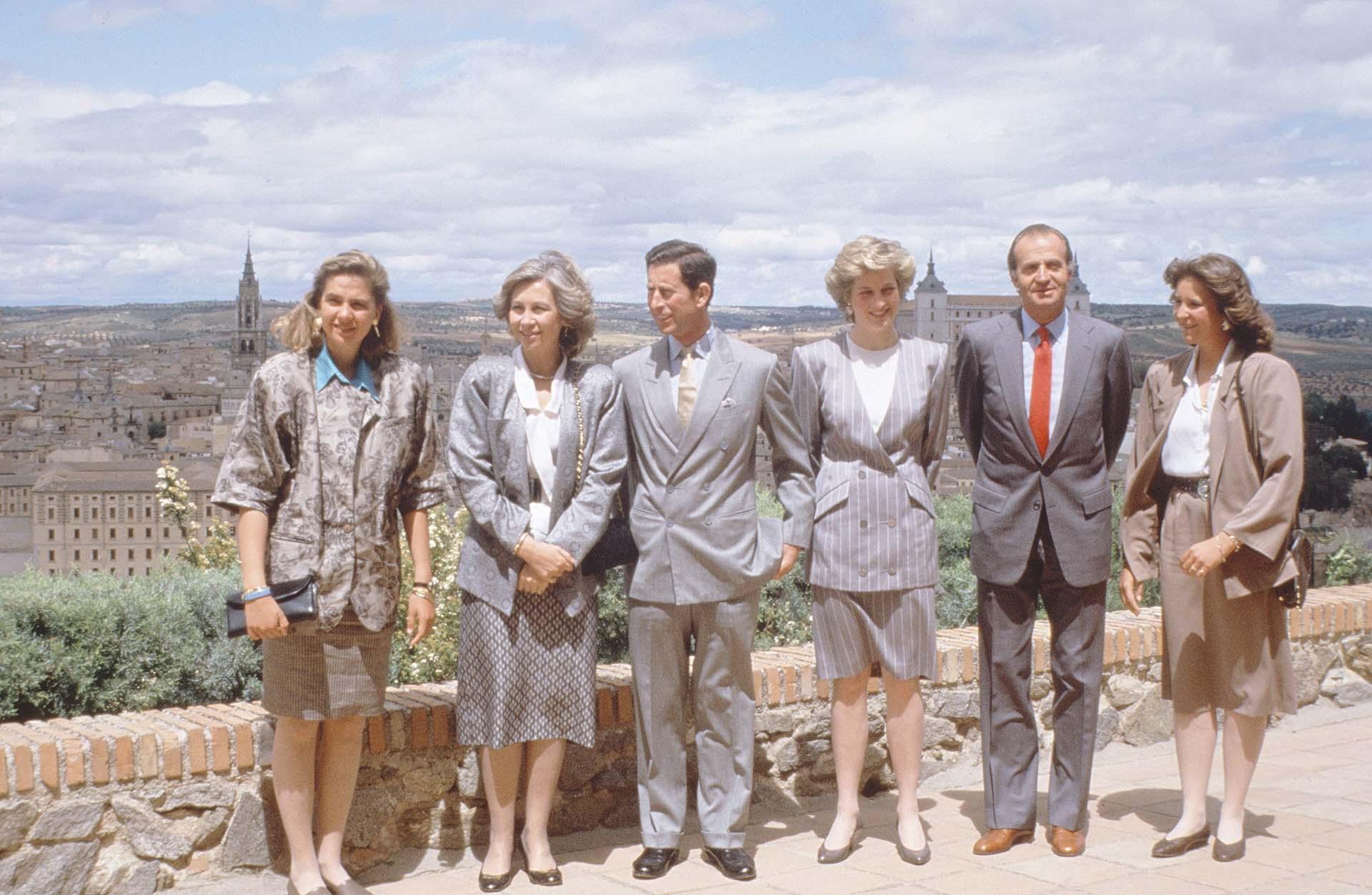 El príncipe Carlos, Lady Di junto a la infanta Cristina, la reina Sofía y el rey Juan Carlos en Toledo, España (Shutterstock)