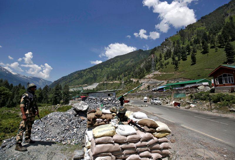Soldados de la Fuerza de Seguridad Fronteriza (BSF) de la India hacen guardia en un puesto de control a lo largo de una carretera que conduce a Ladakh, en Gagangeer, en el distrito de Ganderbal de Cachemira, el 17 de junio de 2020. REUTERS/Danish Ismail