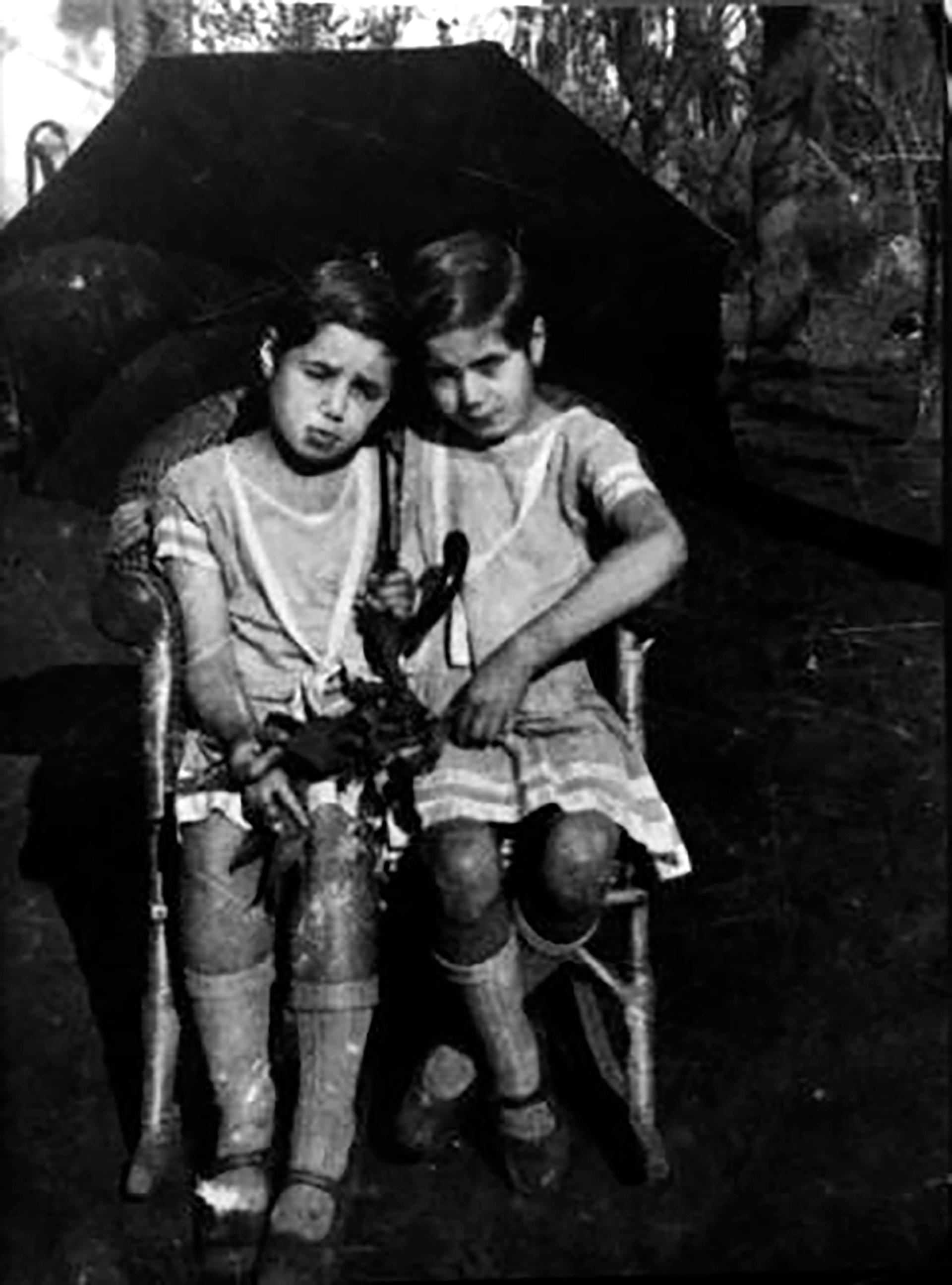 """Eva María Duarte nació el 7 de mayo de 1919 en la estancia """"La Unión"""", 20 kilómetros al oeste de la localidad de Los Toldos (Partido de General Viamonte), Buenos Aires, fruto de una relación extramatrimonial entre su madre, Juana Ibarguren y su padre, Juan Duarte. Su madre dio a luz ayudada por una comadrona aborigen llamada Juana Rawson de Guayquil. En la foto, Evita junto a su hermana Erminia"""