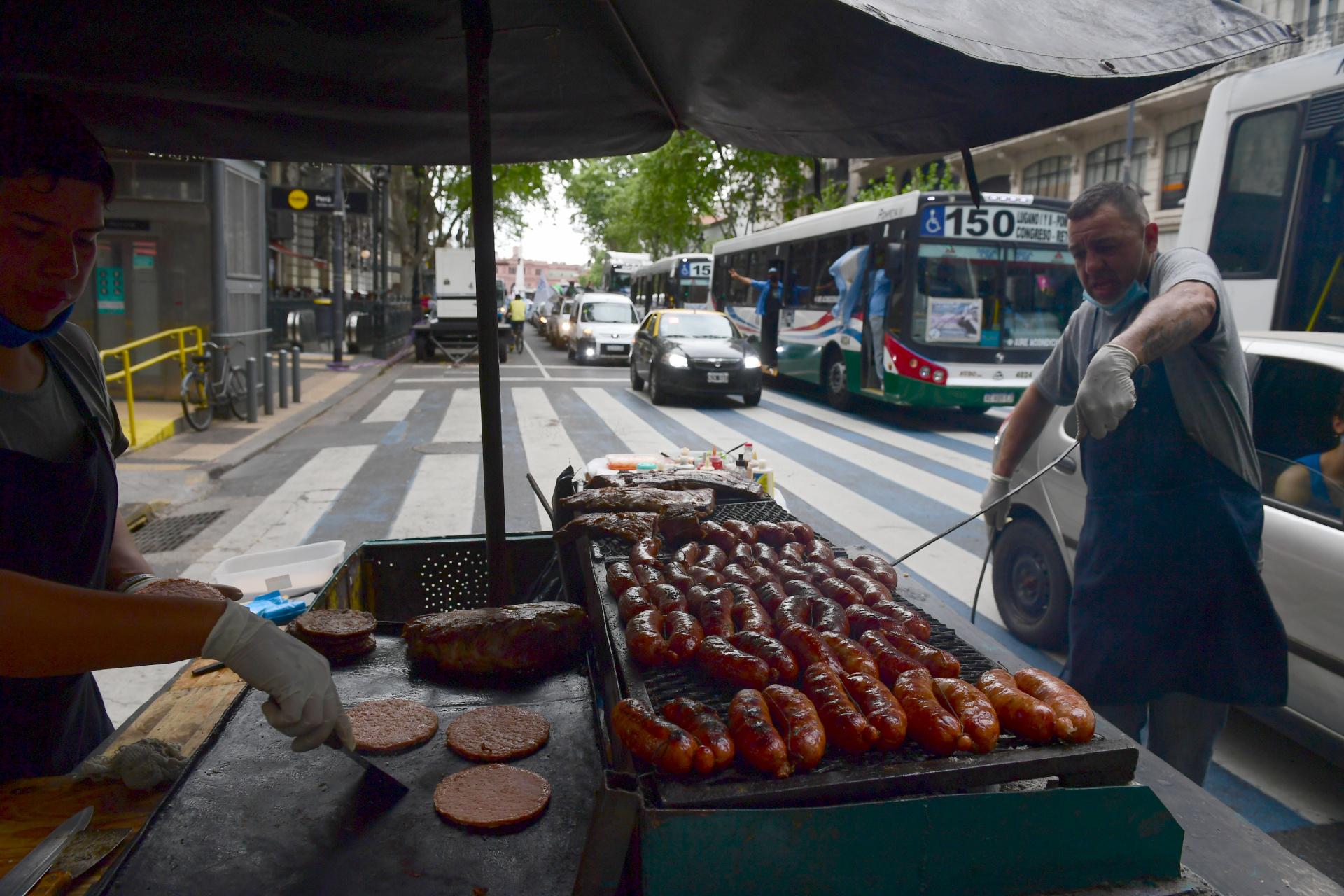 Como en cada manifestación, los vendedores ambulantes aprovecharon la ocasión para hacer unos pesos