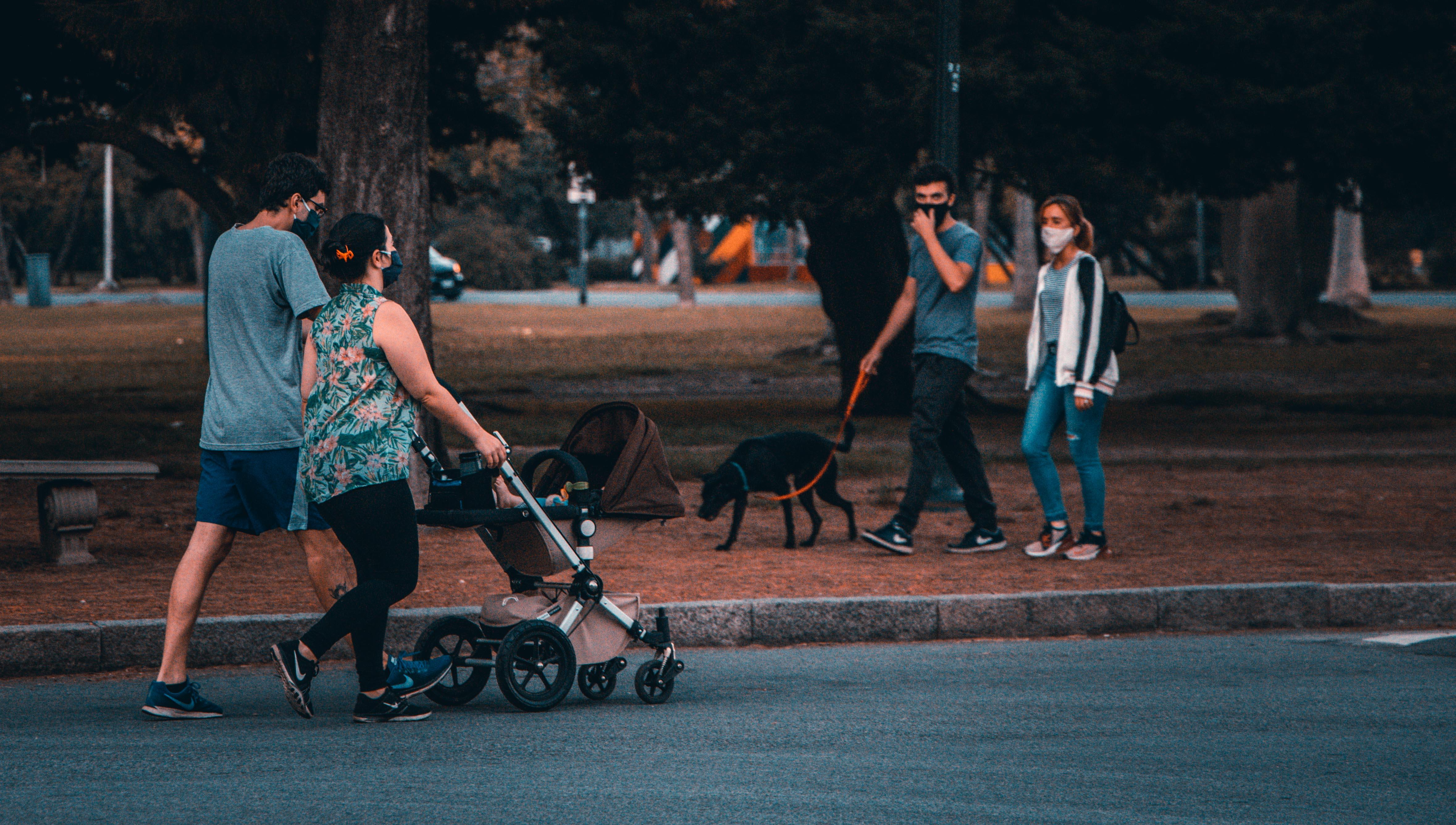 En la provincia de Buenos Aires los menores pueden salir únicamente para acompañar a sus padres a realizar compras