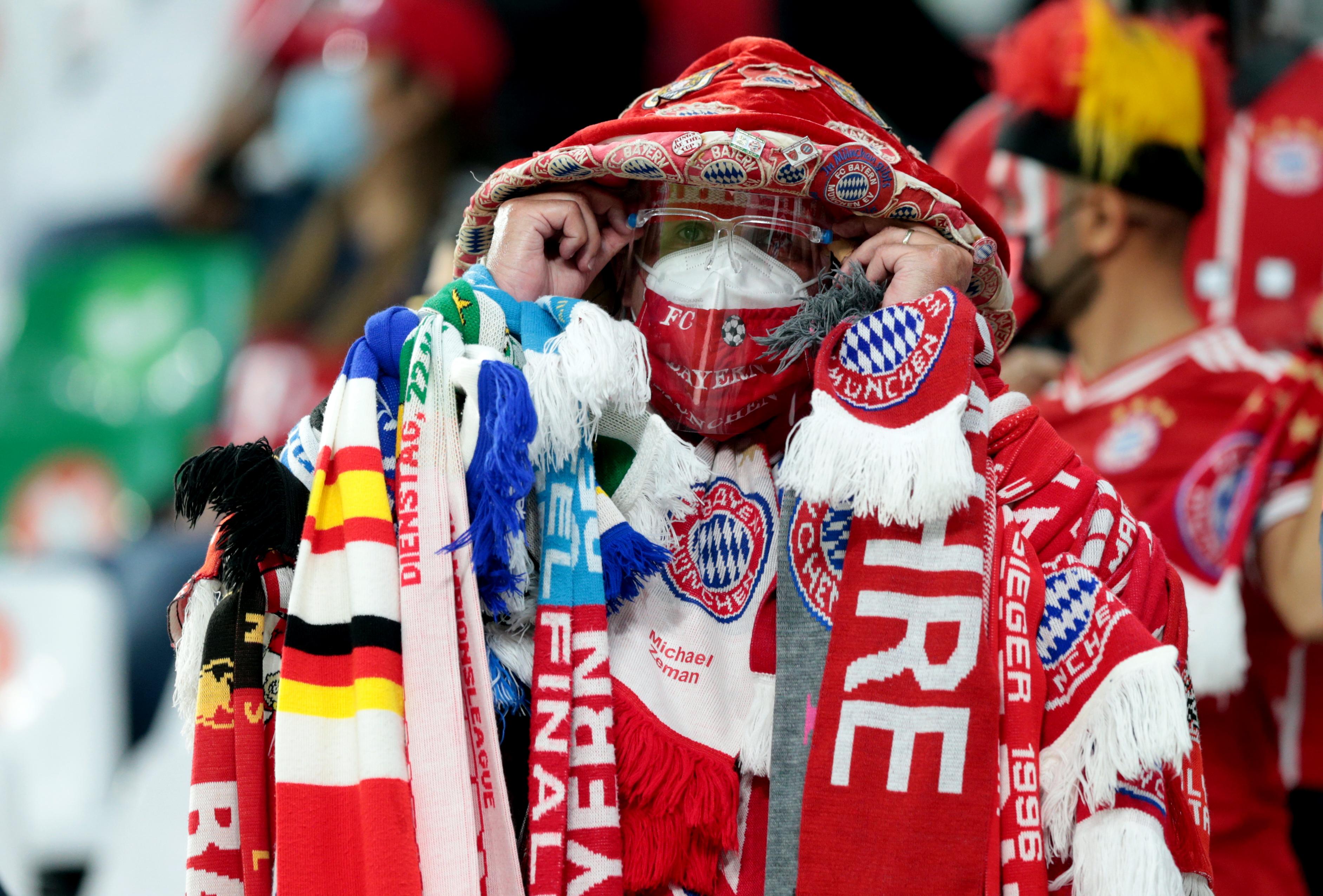 Seguidor del Bayern Múnich. Estadio Ciudad de la Educación en Rayán, Catar