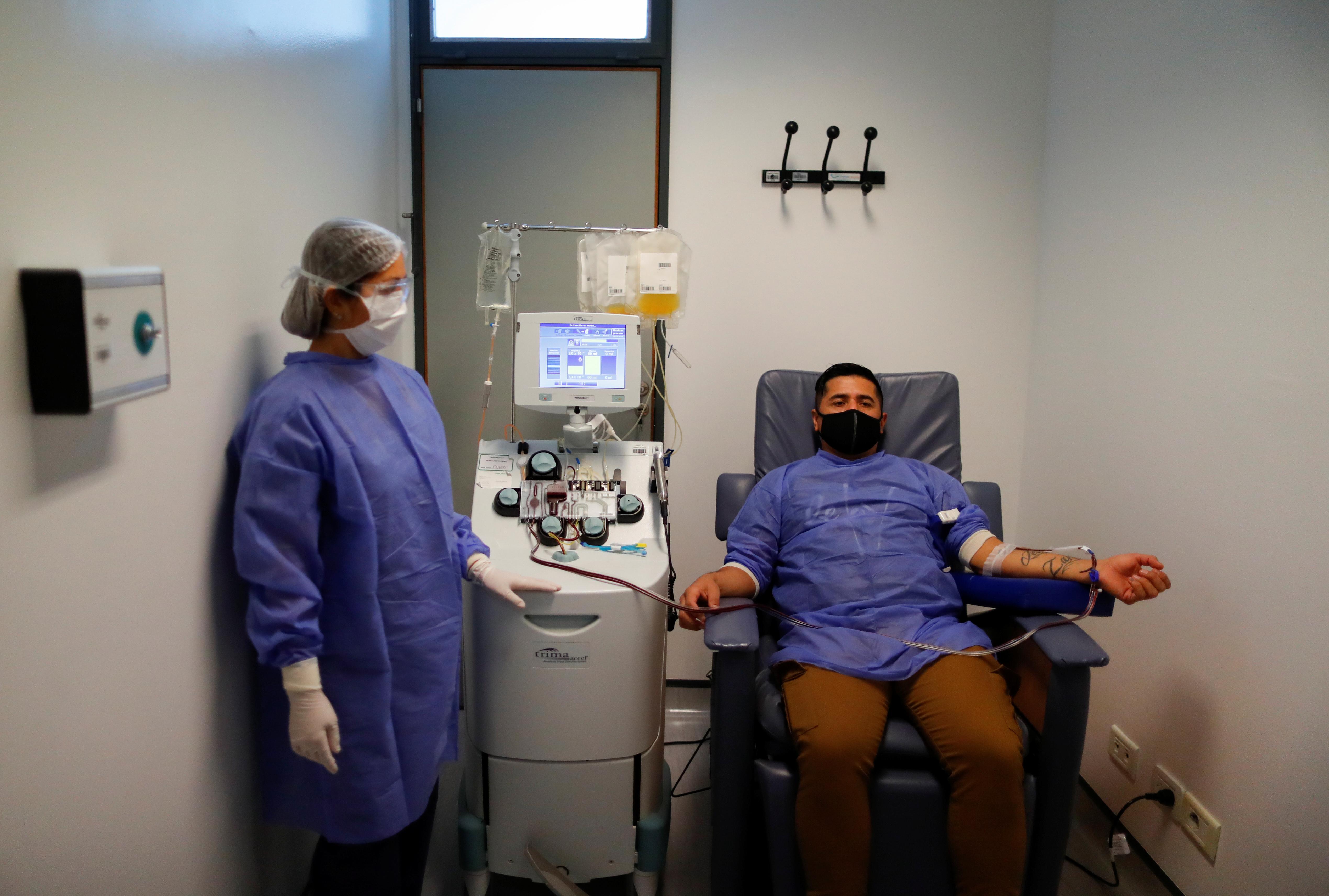 El 14 de mayo, un voluntario dona plasma por aféresis como parte de una prueba para ayudar con el tratamiento de la enfermedad por coronavirus en el hospital El Cruce, en Florencio Varela. Por cada donante de plasma, se calcula que cuatro pacientes pueden mejorar su estado de salud y no llegar a tener la fase crítica de la enfermedad.