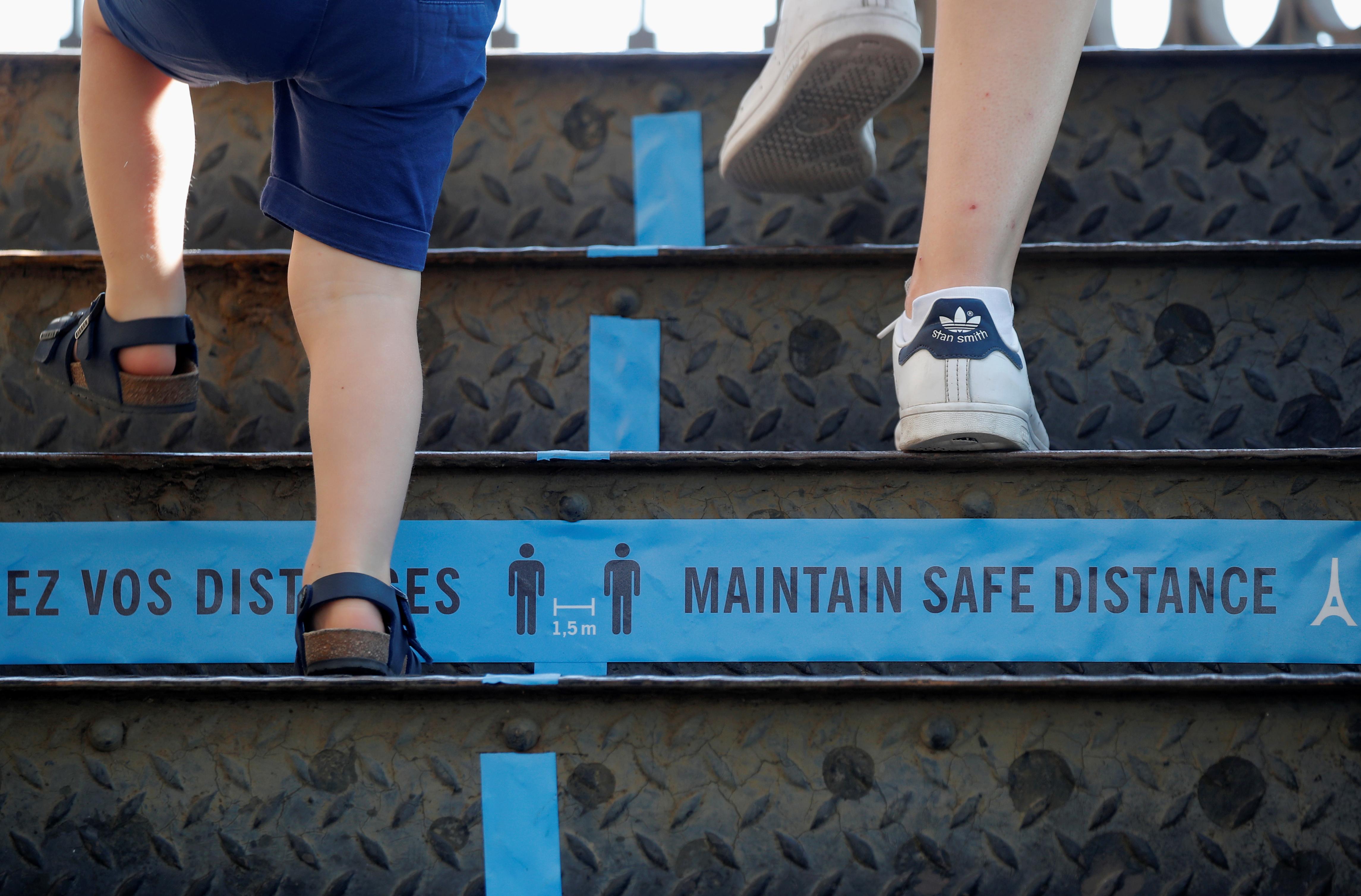 Si la situación sanitaria lo permite, los ascensores reabrirán en julio, excepto aquellos, más pequeños, que llevan hasta la cumbre de la torre de 324 metros de altura. Todo ello para garantizar una distancia segura entre los visitantes y limitar el riesgo de infección. (REUTERS/Charles Platiau)