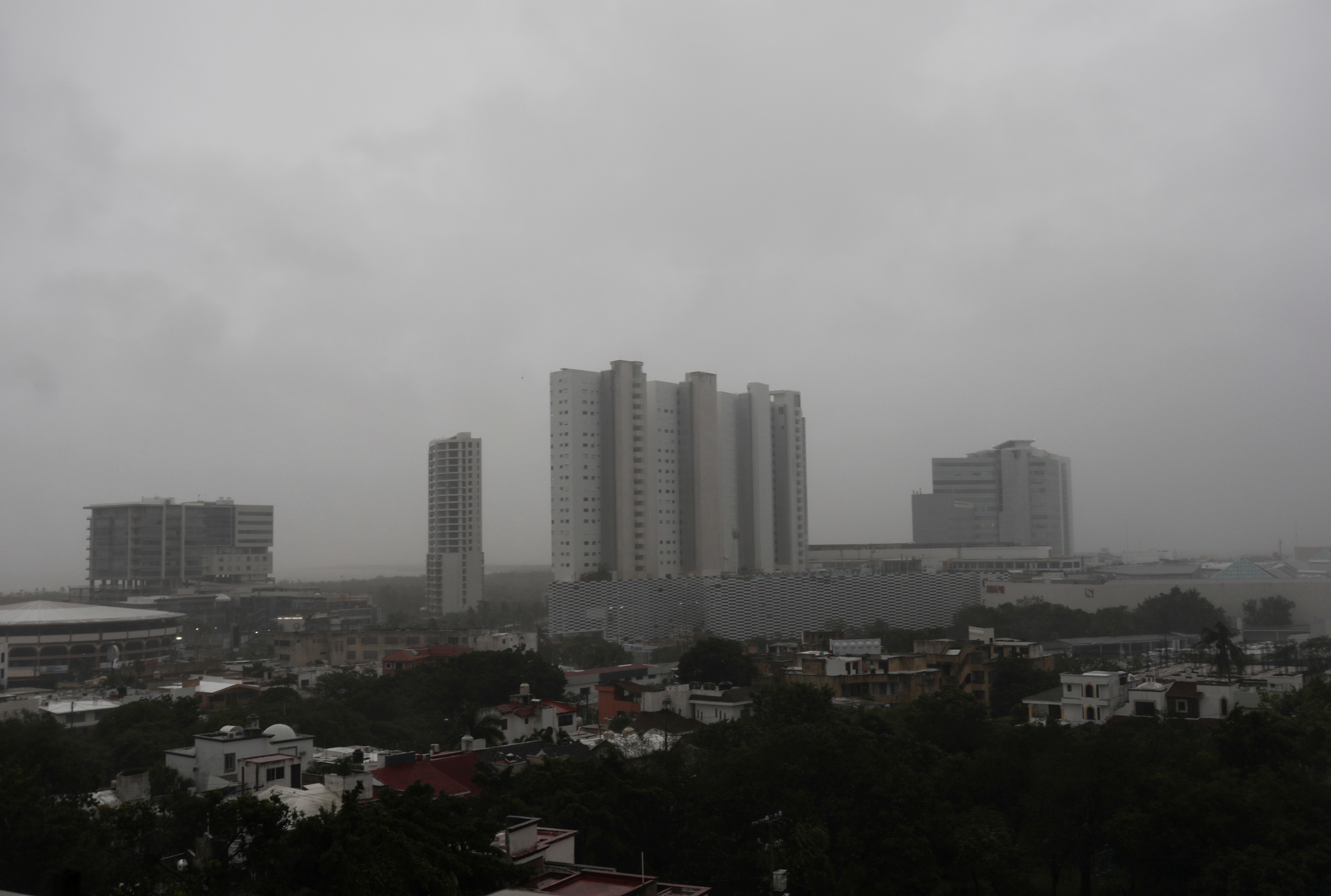 Fuertes vientos y lluvia golpean los edificios mientras el huracán Delta pasa por Cancún, en el estado de Quintana Roo, México, 7 de octubre de 2020.