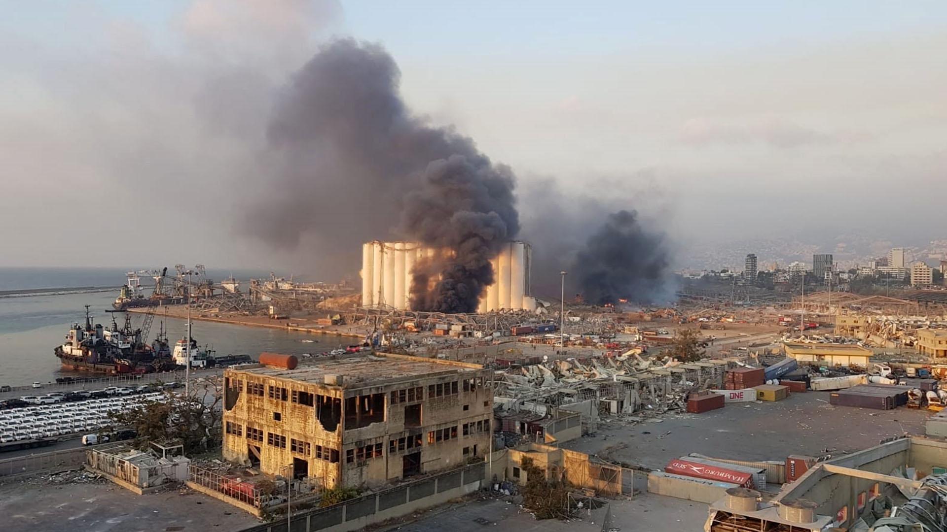 Una imagen realizada con un teléfono móvil muestra una vista general del área del puerto con humo que se eleva desde un área de una gran explosió (EFE / EPA / WADEL HAMZEH)