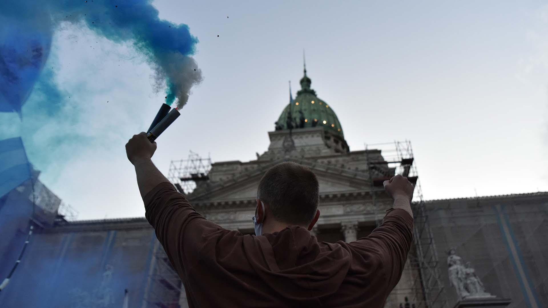 Manifestaciones en barbijos y frente al Congreso de la Nación