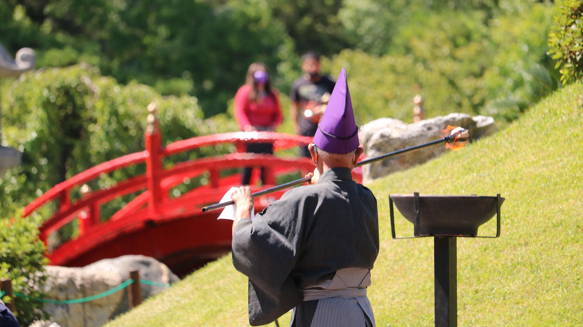 El Maestro de Ceremonias lleva el fuego hacia la Isla de los Dioses (Gentileza Jardín Japonés)