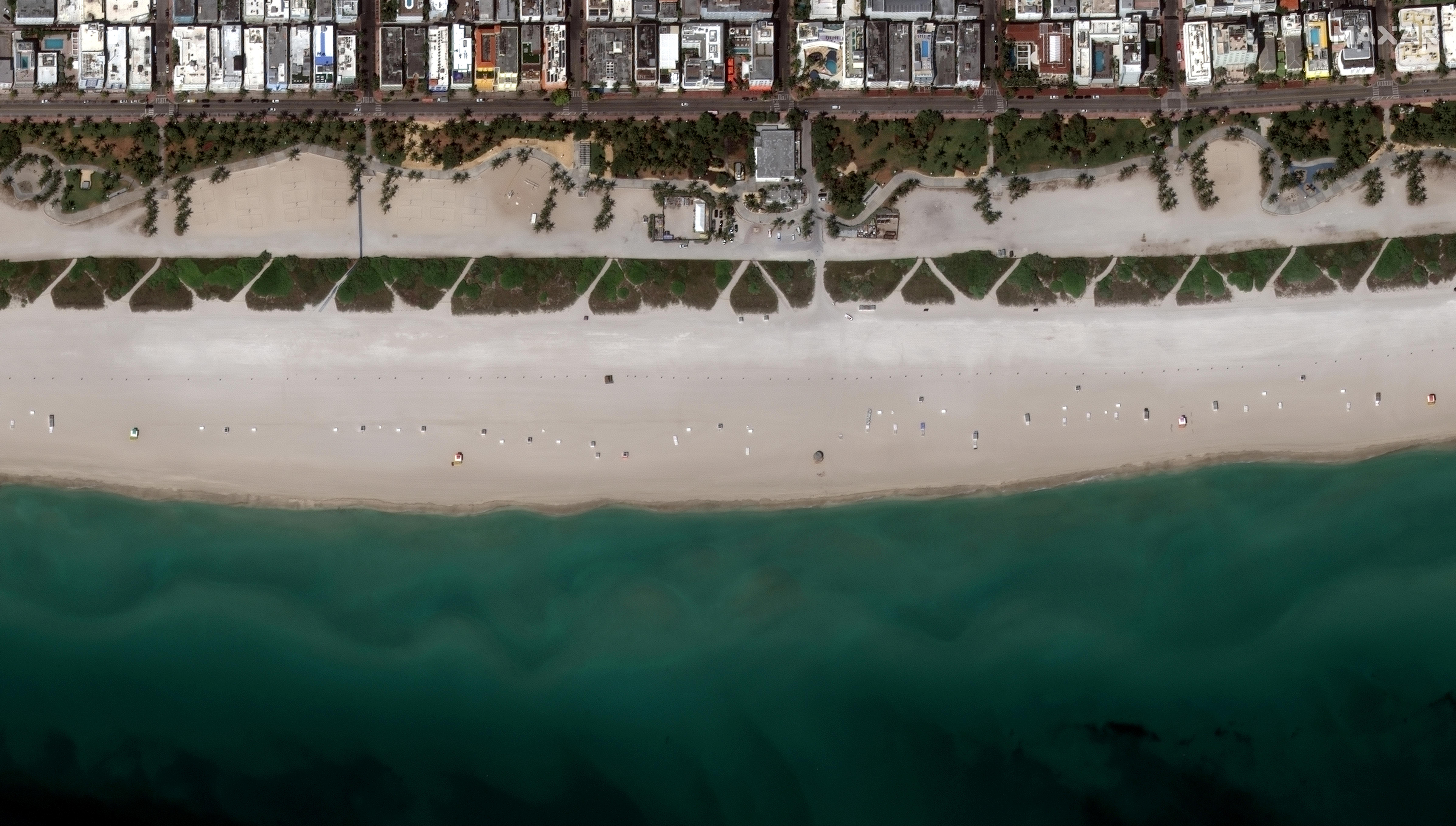 Una imagen satelital de las playas de Miami, Florida, desiertas (Maxar Technologies/Handout via REUTERS)