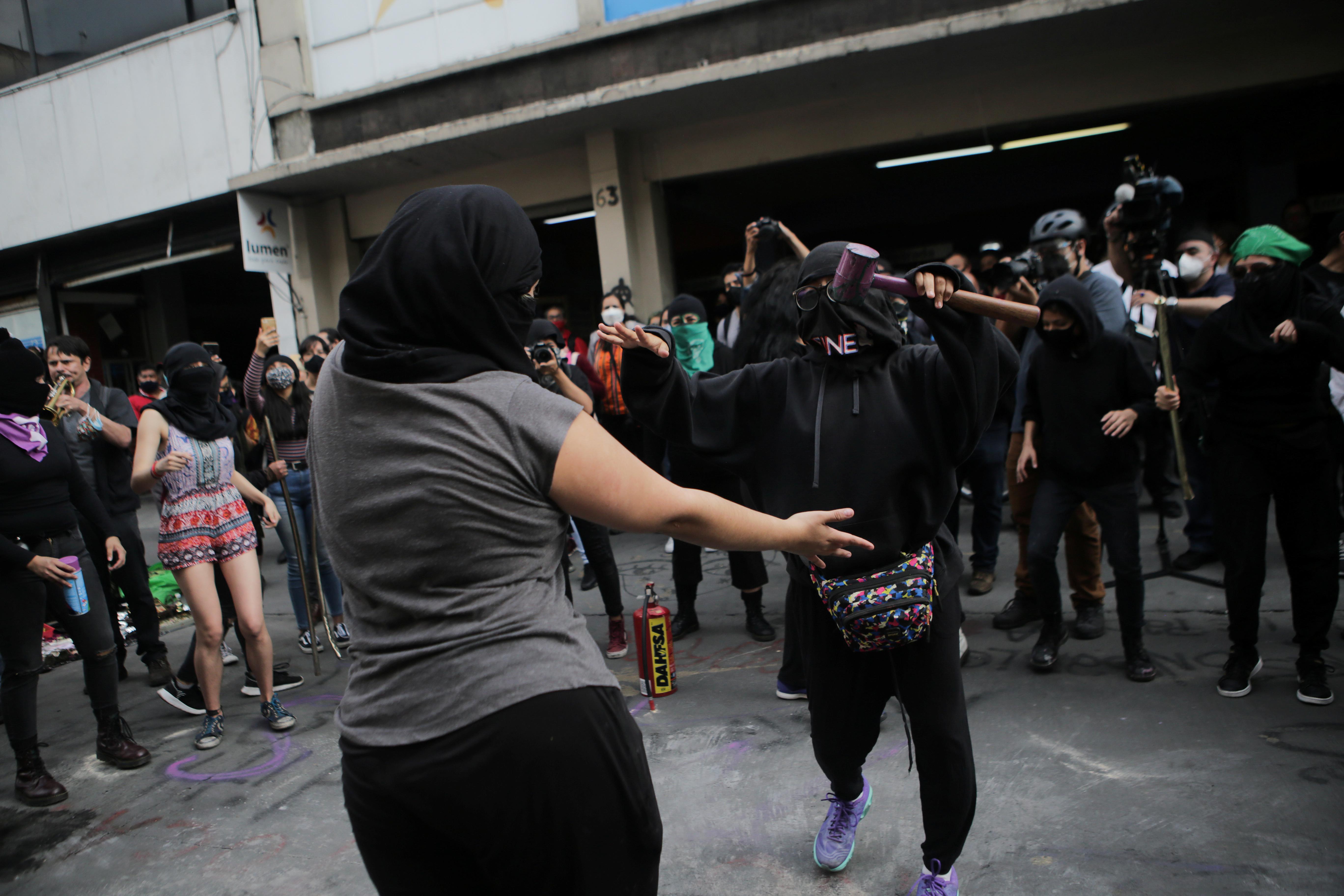 Integrantes de un colectivo feminista bailan en la calle frente a las instalaciones del edificio de la Comisión Nacional de Derechos Humanos, en apoyo a víctimas de violencia de género, en la Ciudad de México, México 11 de septiembre de 2020. Fotografía tomada el 11 de septiembre de 2020.
