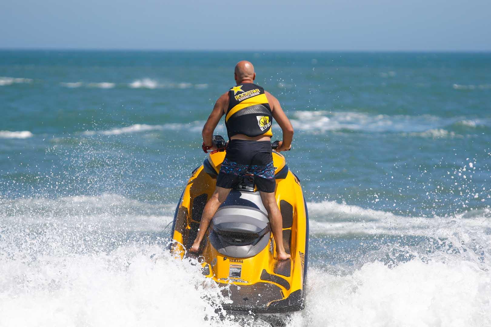 Muchos turistas aprovecharon el fin de semana para practicar diversos deportes acuáticos en las playas del Sur