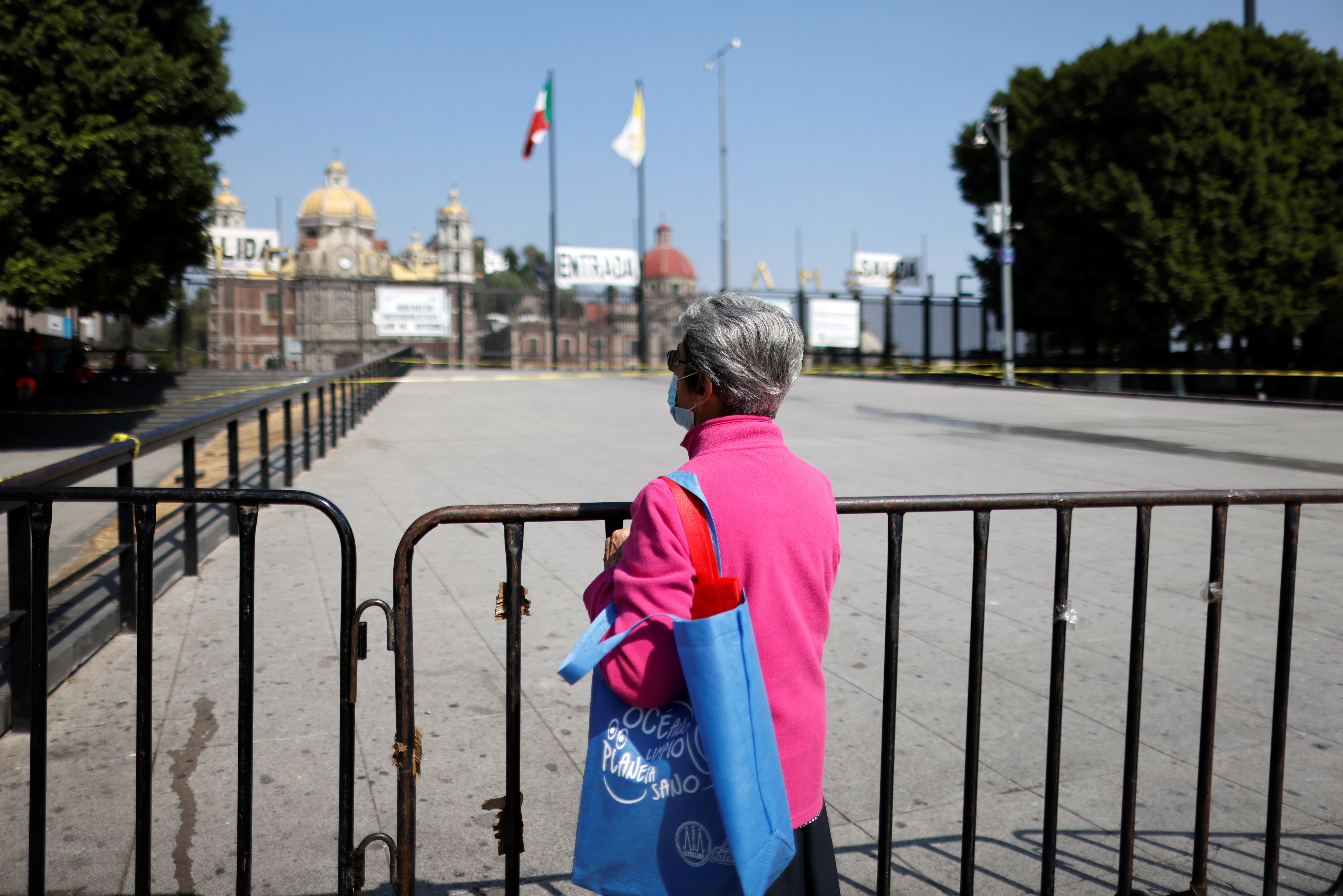 Una monja reza en la entrada de la Basílica de Guadalupe que está temporalmente cerrada para evitar multitudes en el tradicional día de celebración de la Virgen de Guadalupe el 12 de diciembre, mientras continúa el brote de la enfermedad por coronavirus (COVID-19), en la Ciudad de México, México el 10 de diciembre, 2020.