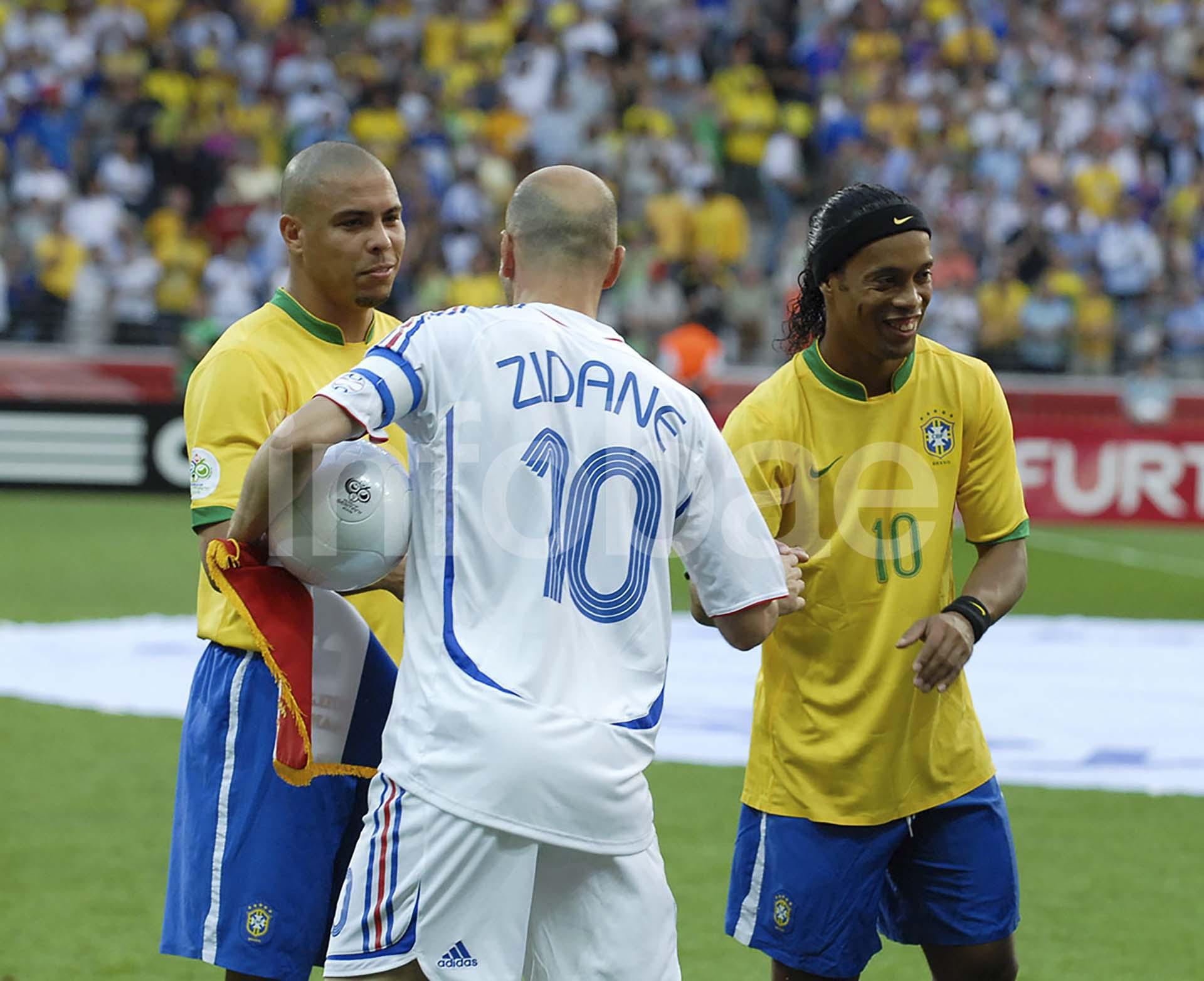 Zinedine Zidane saluda a Ronaldo y Ronaldinho en la previa del partido de cuartos de final de Alemania 2006 en el que Francia eliminó a Brasil