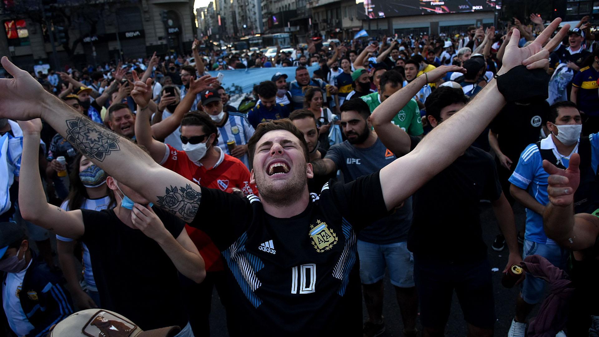 La emoción de uno de los hinchas. La incredulidad por la noticia ganó las calles (Nicolás Stulberg)