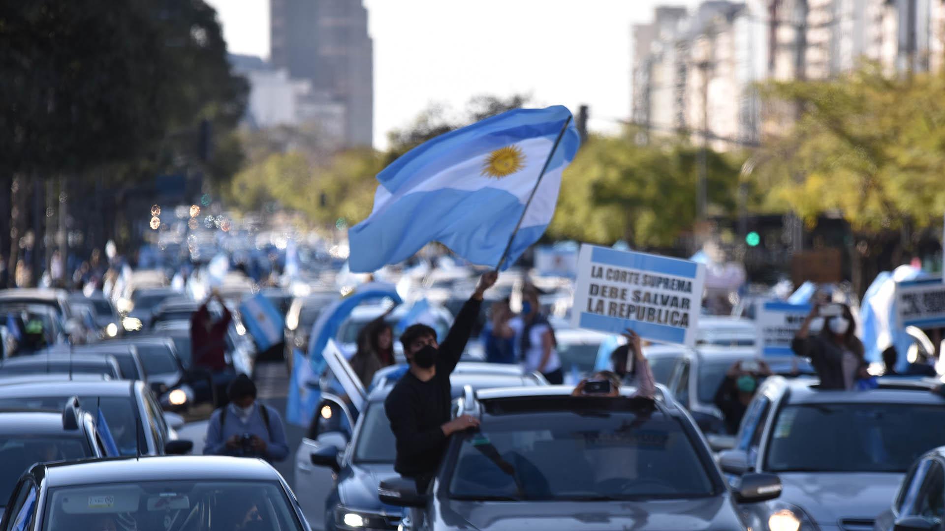 """Con banderas y desde los autos, los manifestantes reclamaron """"la defensa de las instituciones fundamentales de la democracia republicana"""