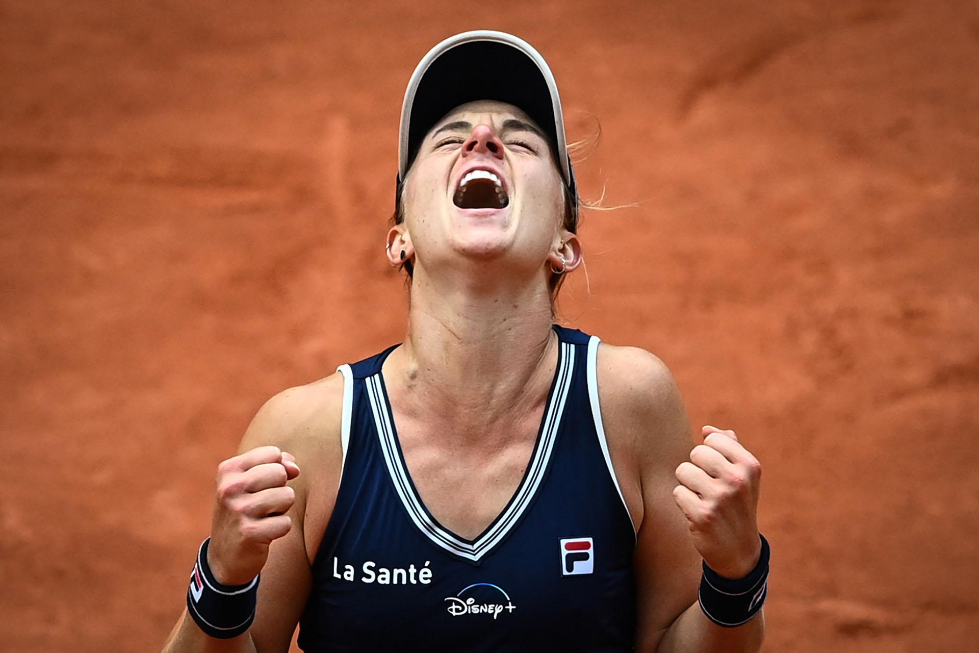 Un grito inolvidable para la tenista rosarina en Francia (Photo by Anne-Christine POUJOULAT / AFP)