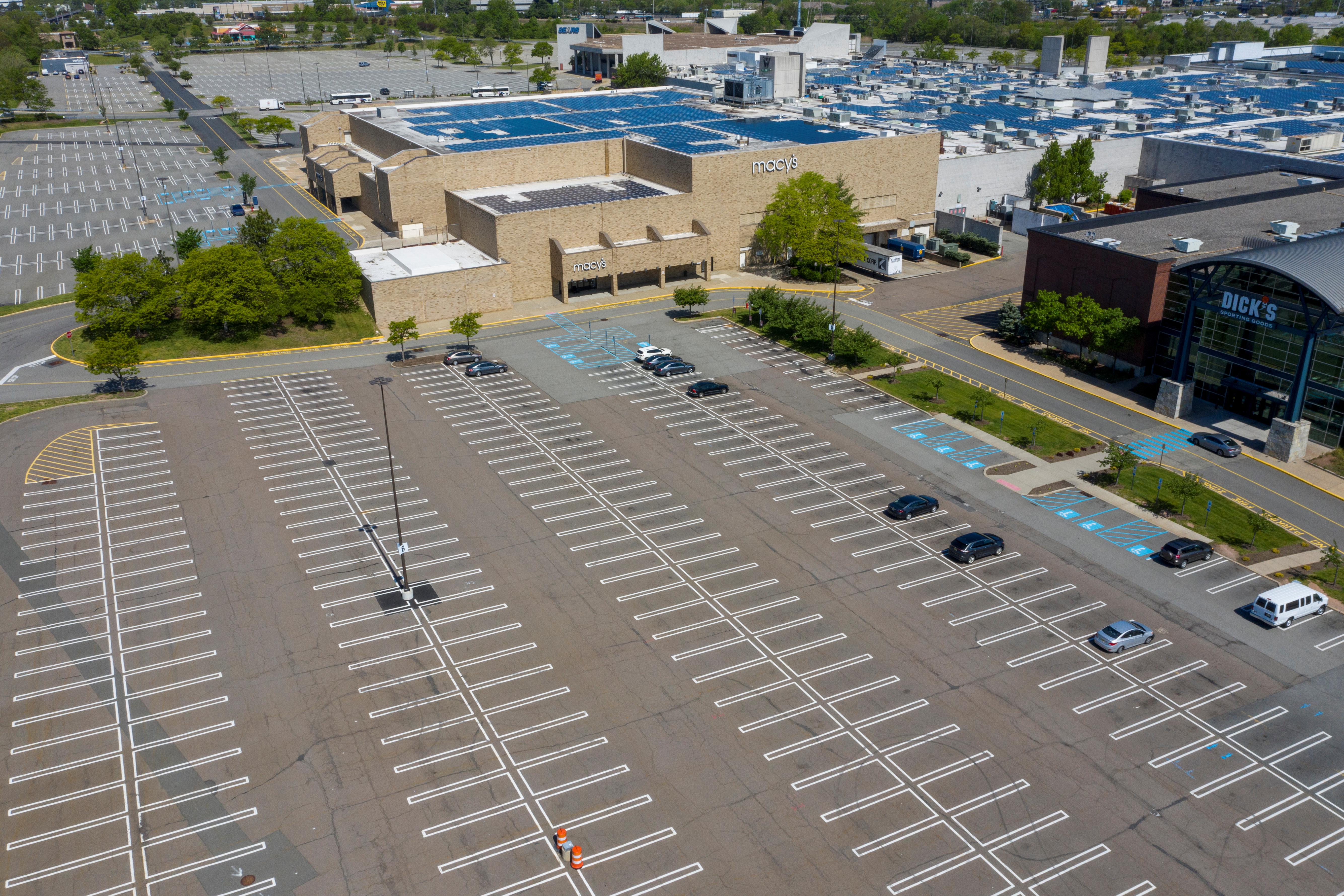 Un centro comercial casi vacío en Woodbridge Township, New Jersey (REUTERS/Lucas Jackson)