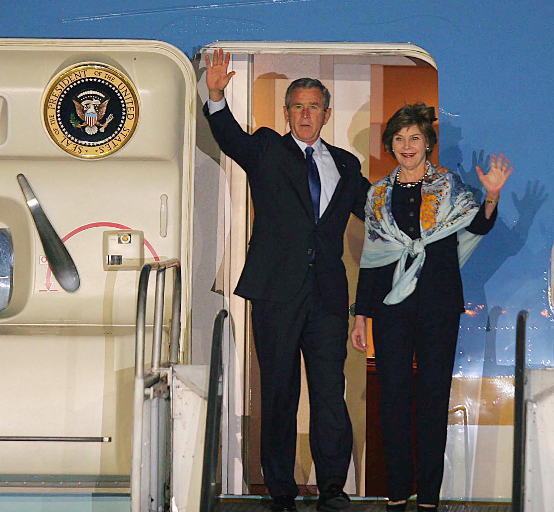 El presidente norteamericano George W. Bush y su esposa Laura saludan al llegar a Mar del Plata