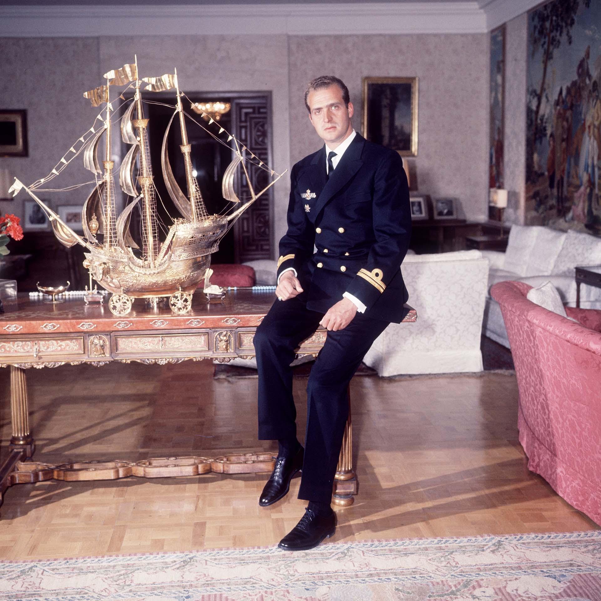 El aún príncipe Juan Carlos Borbón en el palacio, en una imagen tomada en 1968 (Shutterstock)