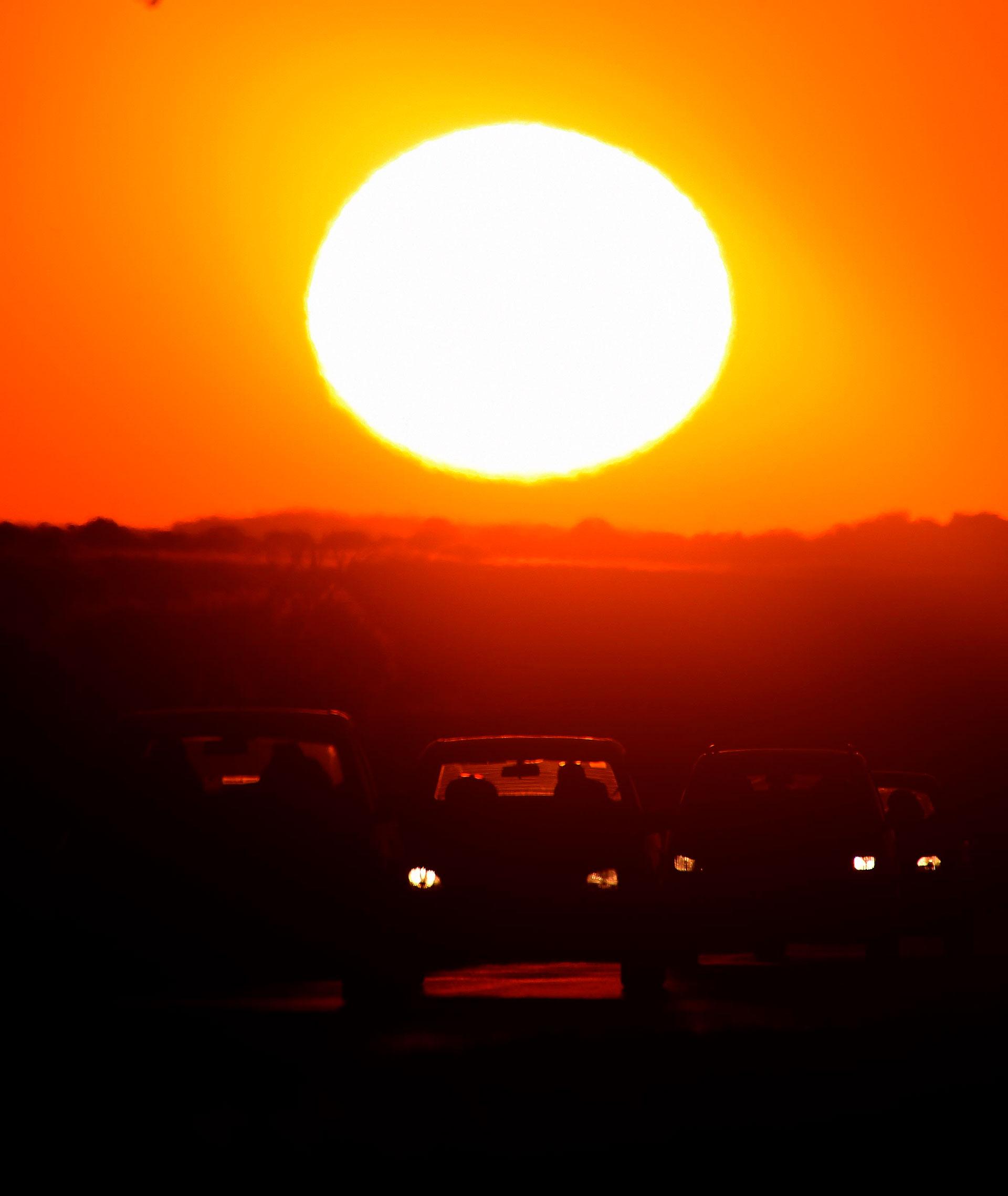La caída del sol se produce cerca de las 21. Por eso, los turistas que llegaron hasta esas playas patagónicas para disfrutar de sus vacaciones aprovechan hasta el minuto de sol gracias al clima excepcional que tuvo lugar en esa zona del país