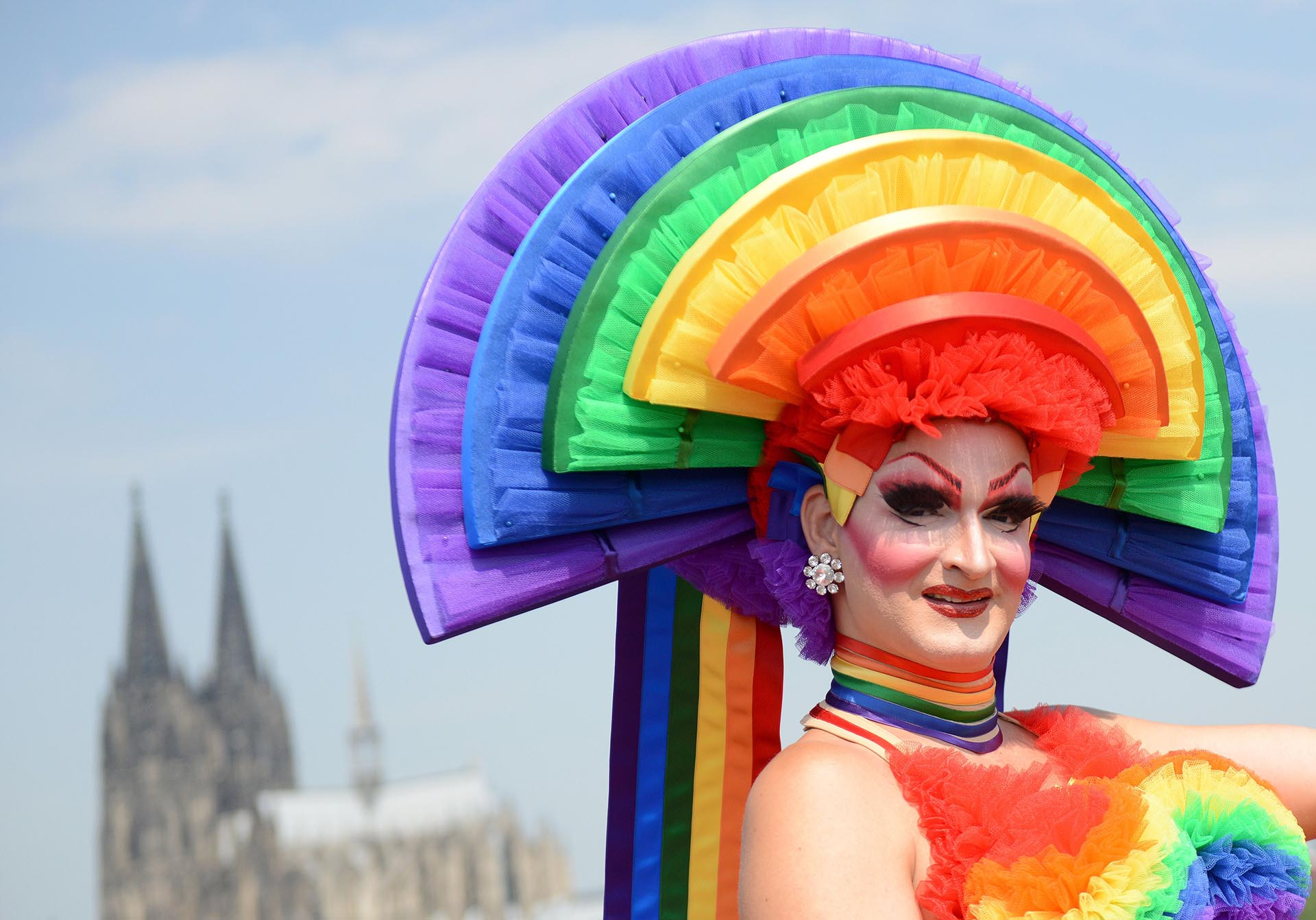 Un participante del desfile del orgullo Christopher Street Day (CSD) posa el 5 de julio de 2015 en Colonia, Alemania occidental. El desfile de ese año tuvo como tema