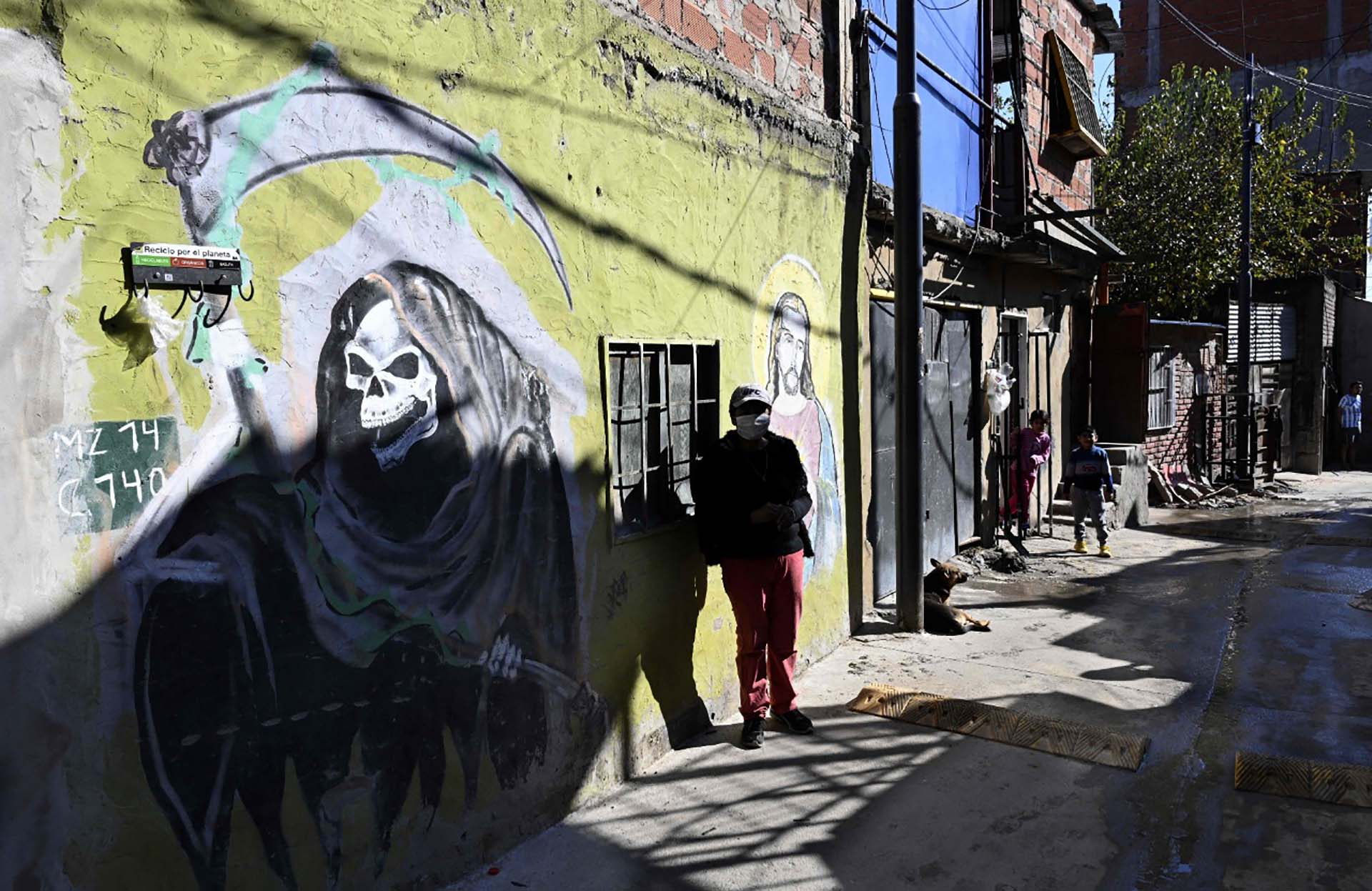 Un mural de San La Muerte se ve en una pared del barrio Padre Mugica, también conocido como Villa 31, durante el cierre impuesto por el Gobierno contra la propagación del coronavirus