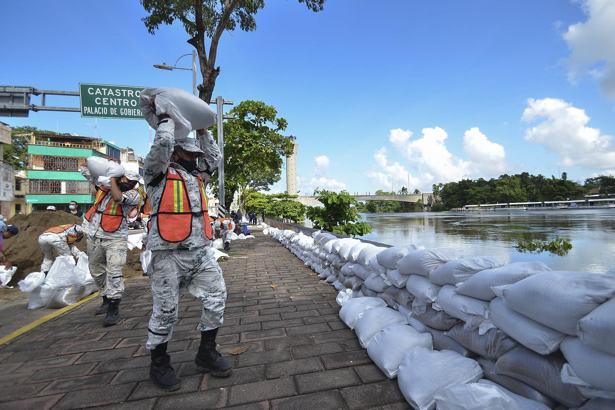 Miembros de la Guardia Nacional colocan sacos de arena tras el desborde del río Grijalva debido a las fuertes lluvias en Villahermosa, estado de Tabasco, México, el 7 de noviembre de 2020.