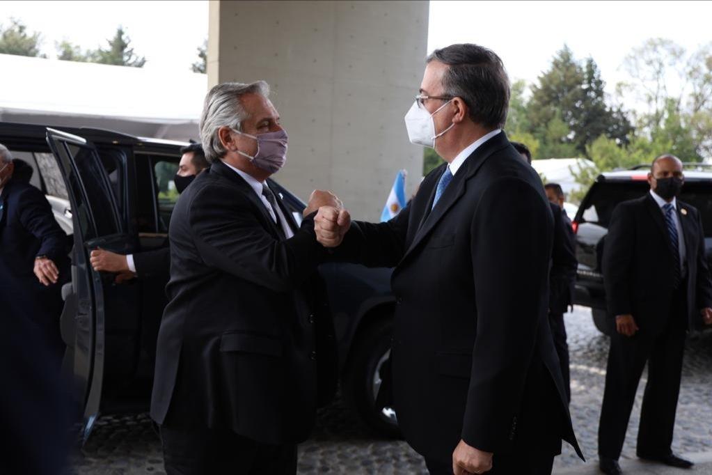 El presidente Alberto Fernández y el secretario de Relaciones Exteriores Marcelo Ebrard. 22 de febrero de 2021.