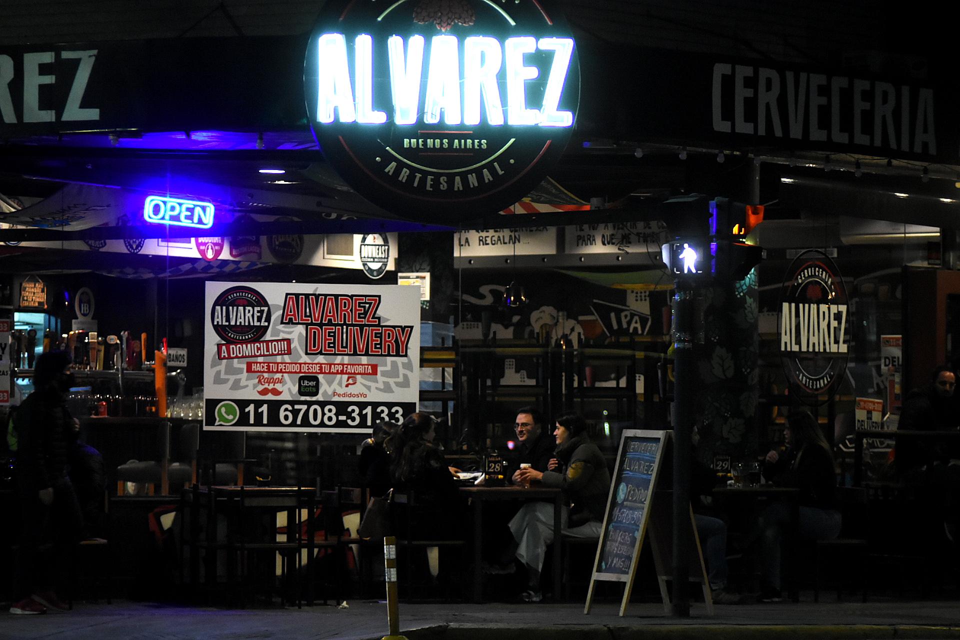 La nueva normalidad en los bares: distanciamiento y aire libre.