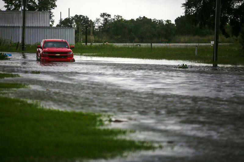 Un auto sumergido en el agua como consecuencia de las lluvias caídas por el huracán Laura cerca de Vermilion Bay, en Abbeville, Luisiana (REUTERS/Kathleen Flynn)