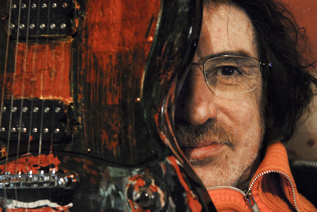 Charly García y su guitarra, pintada por él. En el año 2008 se tiró desde la ventana de un hotel a una piscina. Fue internado por problemas psiquiátricos