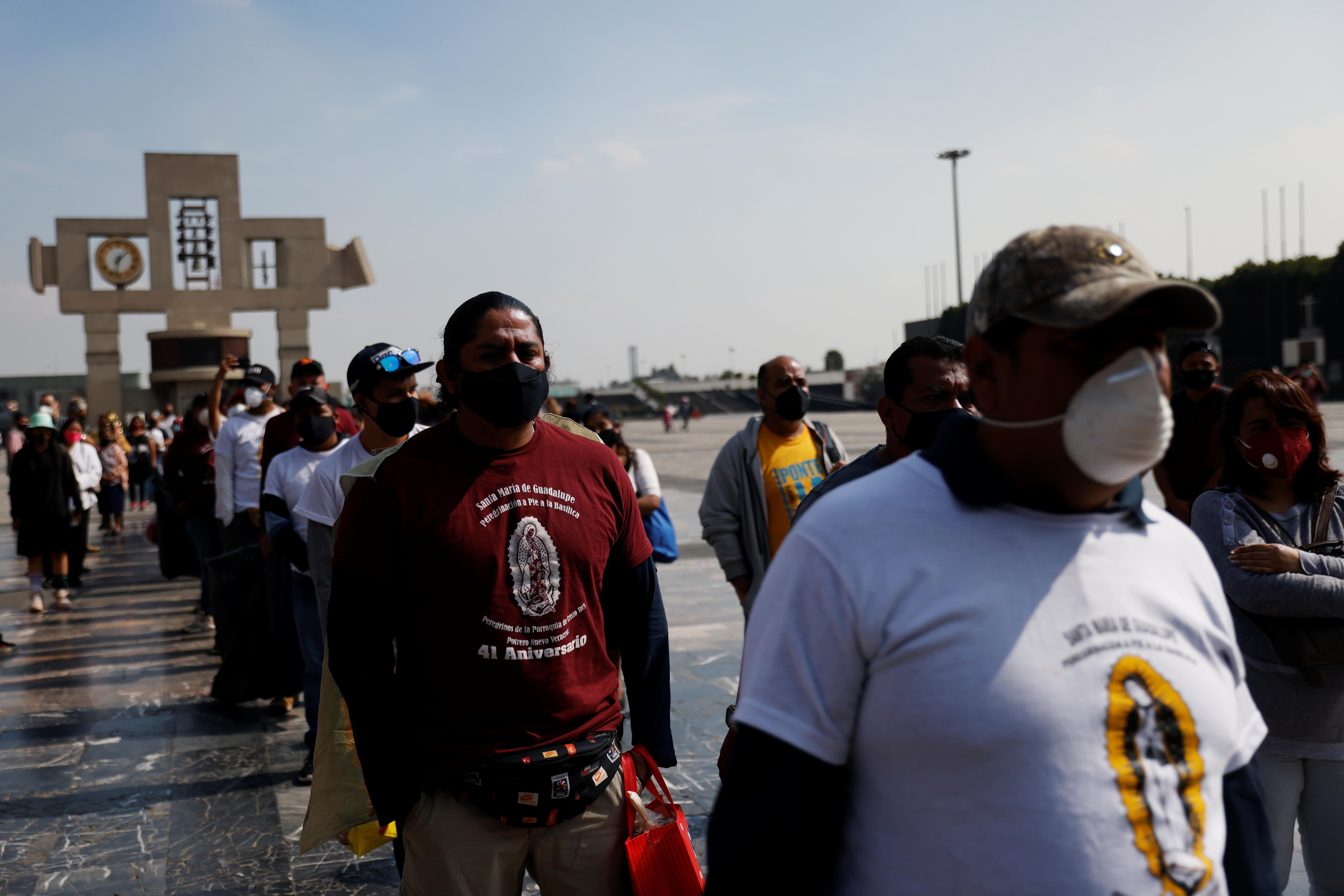 Los peregrinos siguen un control sanitario frente a la Basílica de Guadalupe llegan antes del aniversario de la Virgen y luego de su cierre temporal, en Ciudad de México, México 8 de diciembre de 2020.