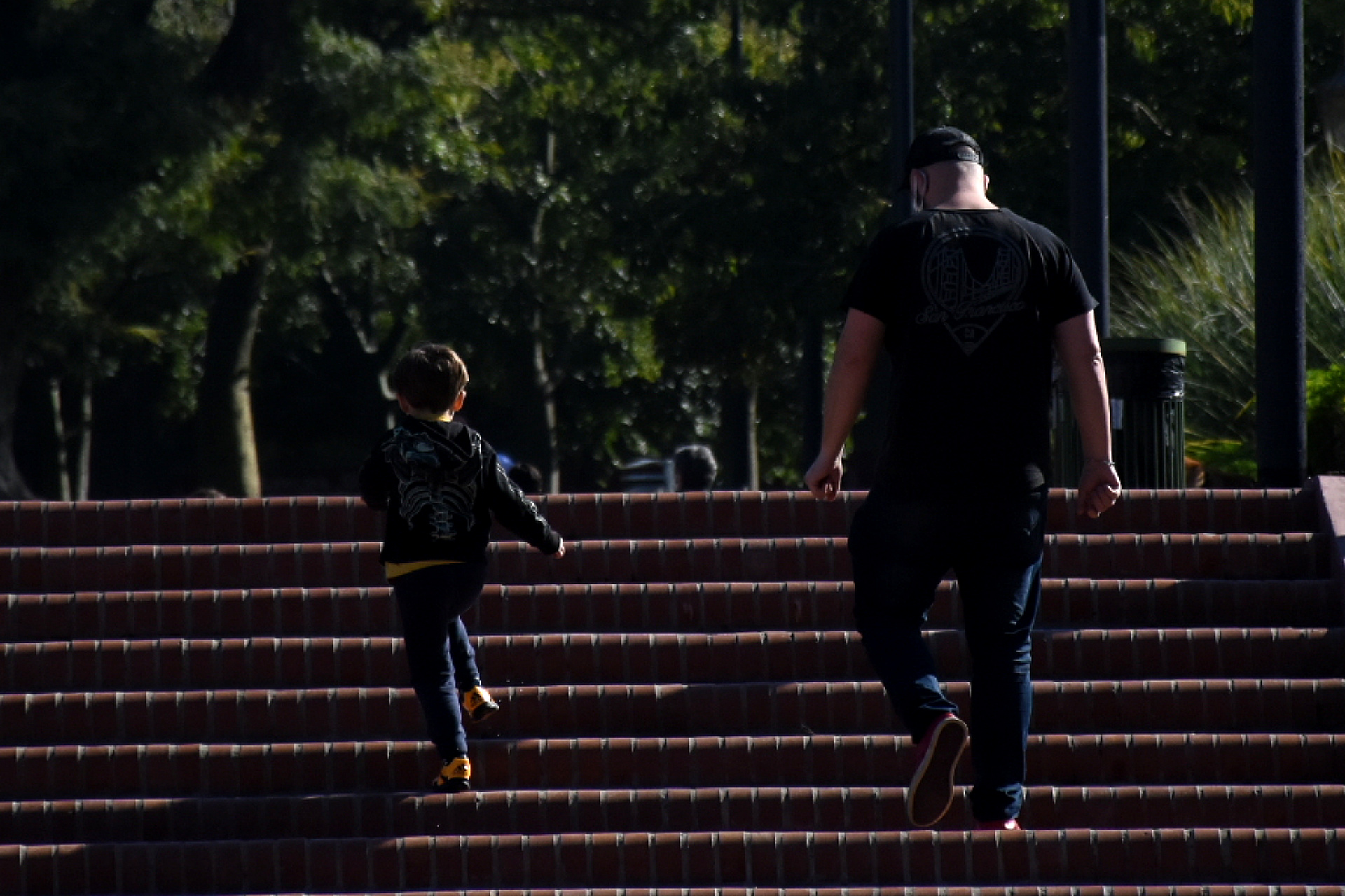 La salidas de los menores dependen del último número de DNI del adulto con el que estén: si el documento termina en par sólo podrán hacerlo los días pares. Si termina en impar, únicamente saldrán los días impares. La medida sólo aplica para los fines de semana