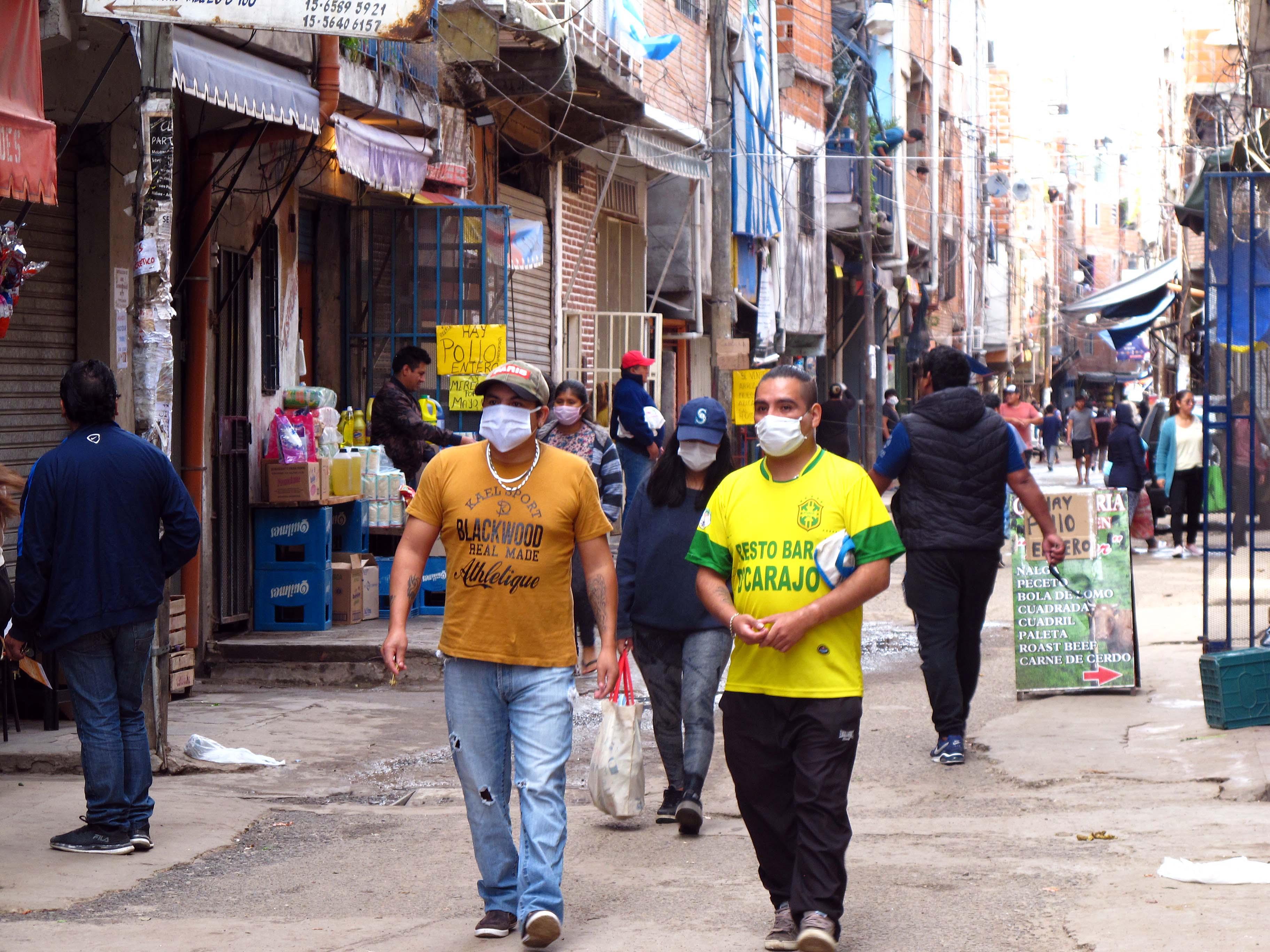 Una imagen de la Villa 1-11-14 en pleno movimiento. Hasta el momento, en los barrios populares la cantidad de casos positivos de COVID-19 fue de 6507, los fallecidos fueron 65 y las altas, 3291. El porcentaje de letalidad en los mismos es del 0,99 %, mientras que en el total de la ciudad de Buenos Aires es del 2,1 %.