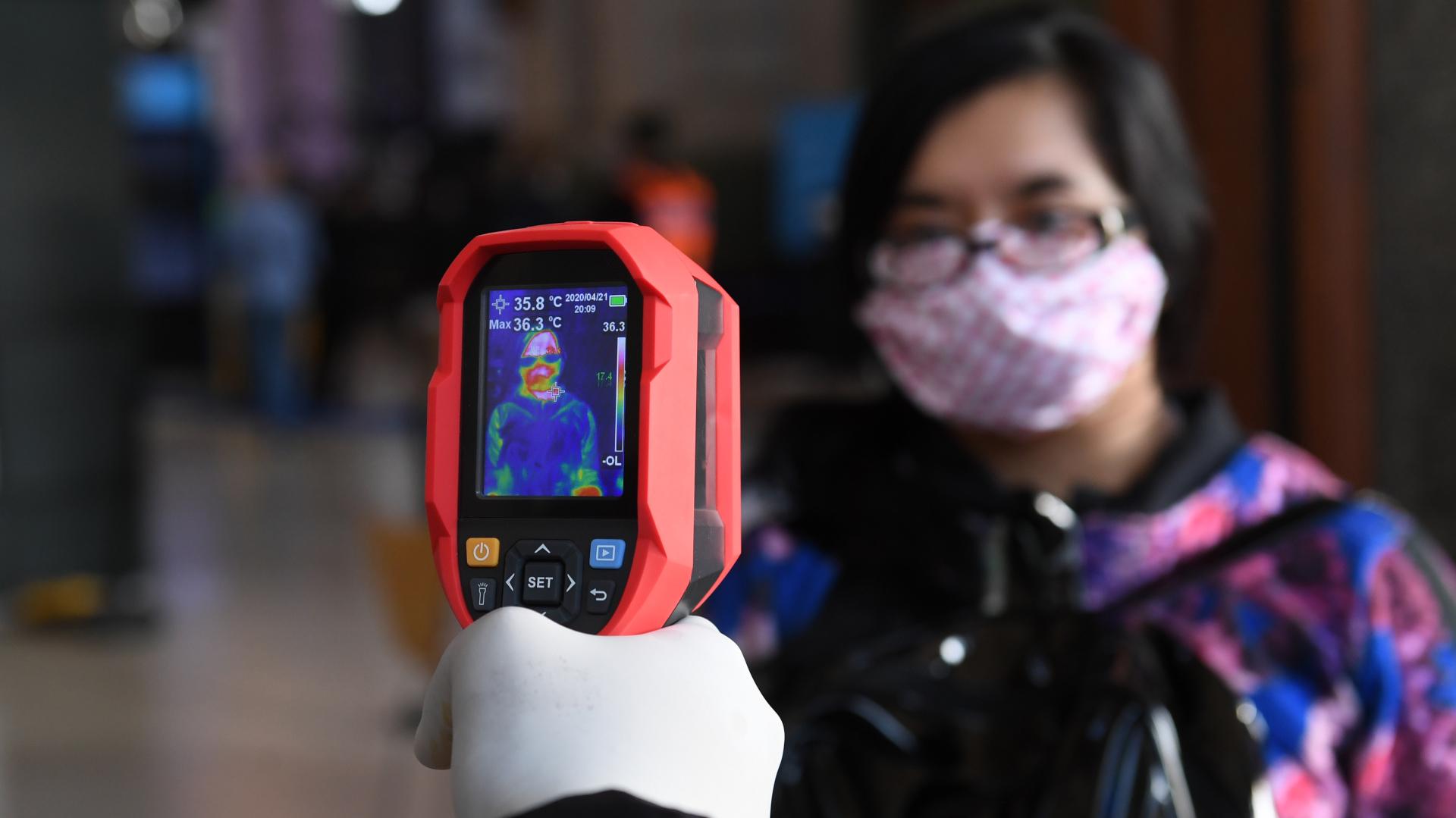 Una cámara de temperatura en la estación Retiro del Tren Mitre. Dicho dispositivo tiene un error de 0.3 grados centígrados y se dispara una chicharra cuando la persona supera los 37.9 grados. Otro de los sistemas que se usan en el transporte público para detectar pasajeros con síntomas que pueden ser compatibles con COVID-19