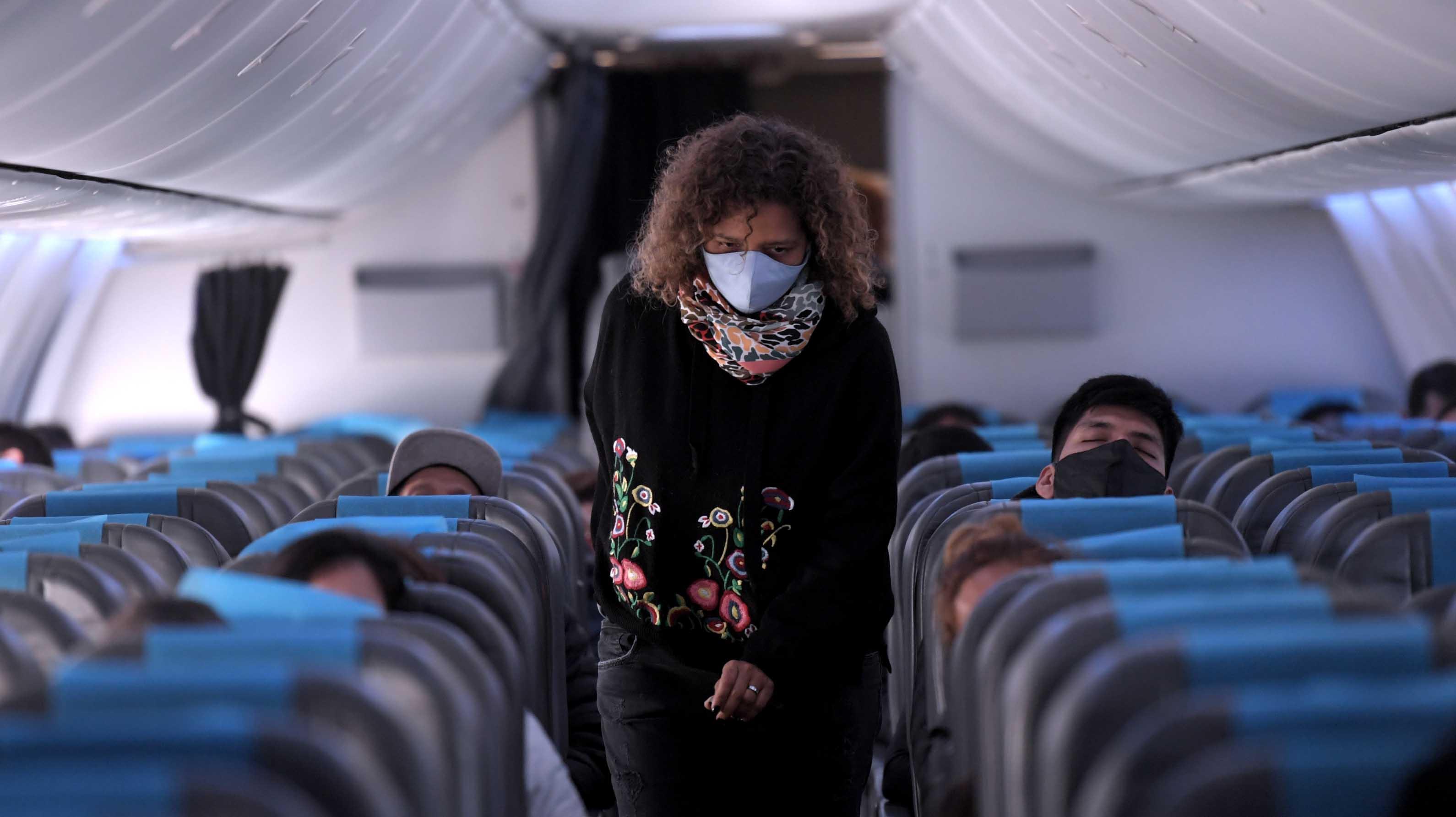 Imagen en el interior de uno de los vuelos de Aerolíneas Argentinas: el uso de tapabocas es obligatorio durante todo el trayecto